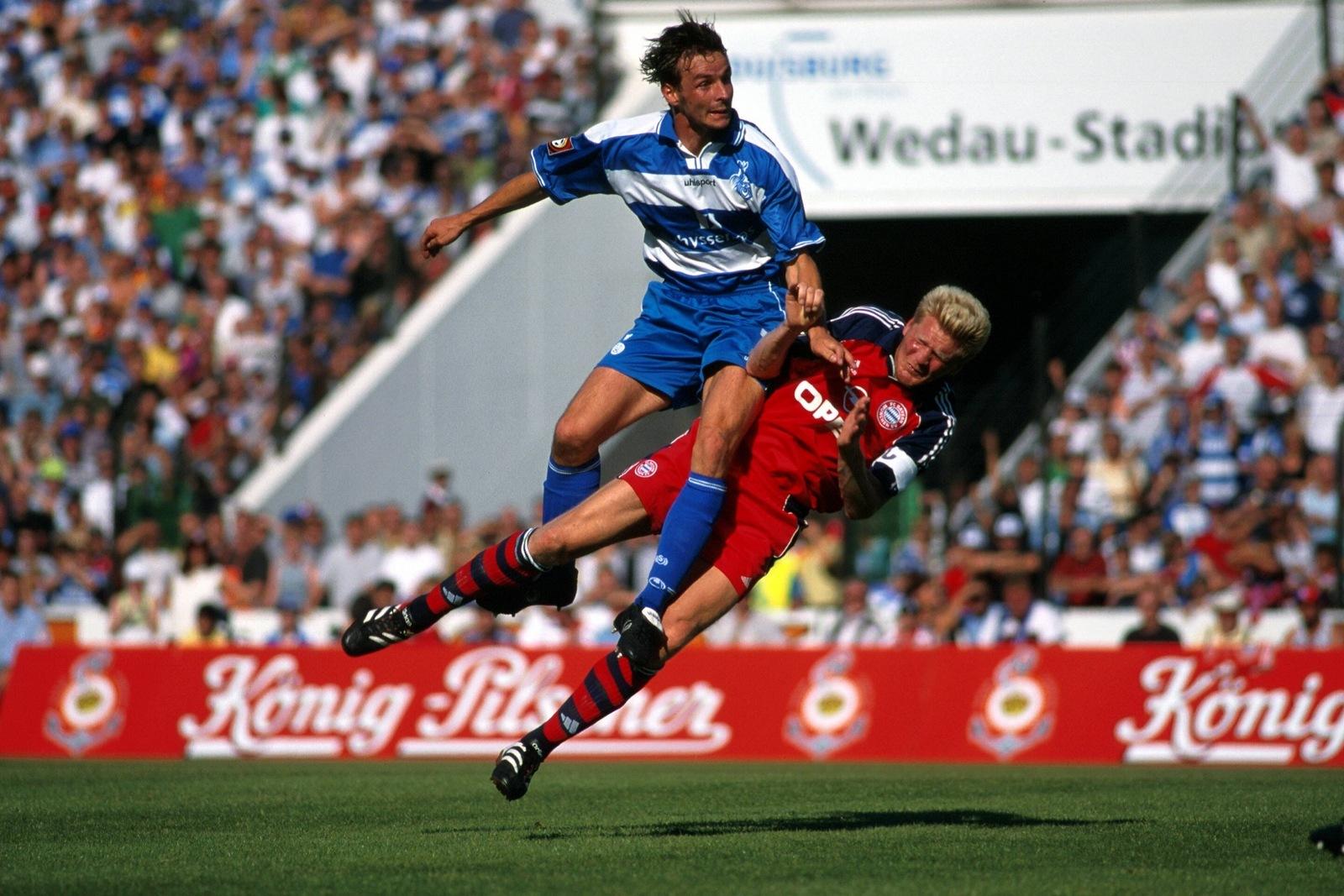 Dietmar Hirsch, MSV Duisburg, überspringt Stefan Effenberg, FC Bayern.