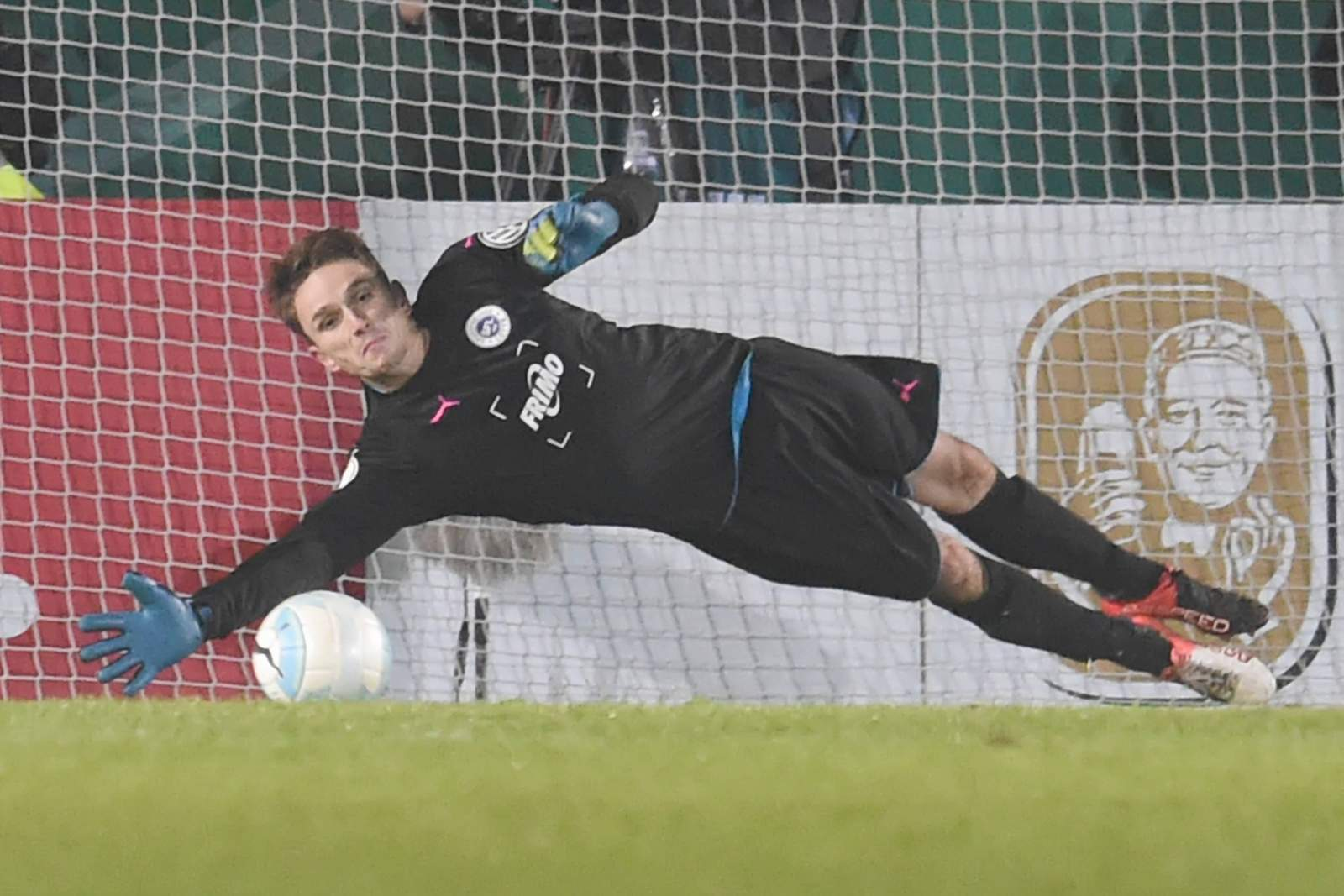 Benedikt Fernandez im Elfmeterschießen gegen Bayer Leverkusen