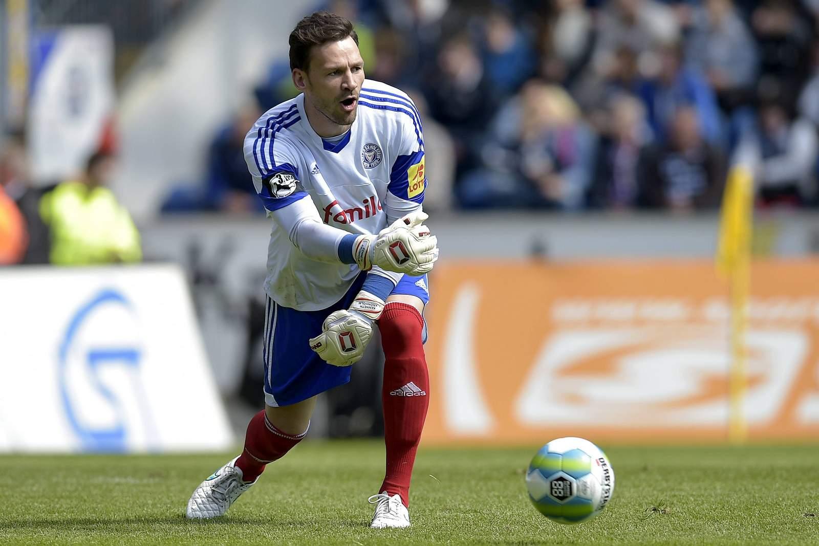 Kenneth Kronholm rollt den Ball zurück ins Spiel.