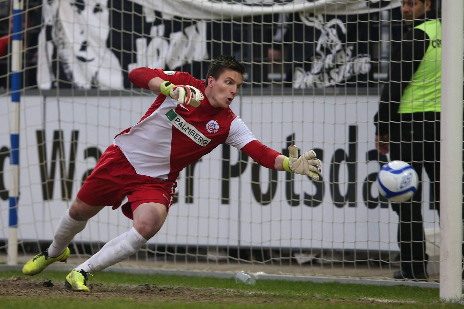 Kevin Müller fliegt dem Ball hinterher.