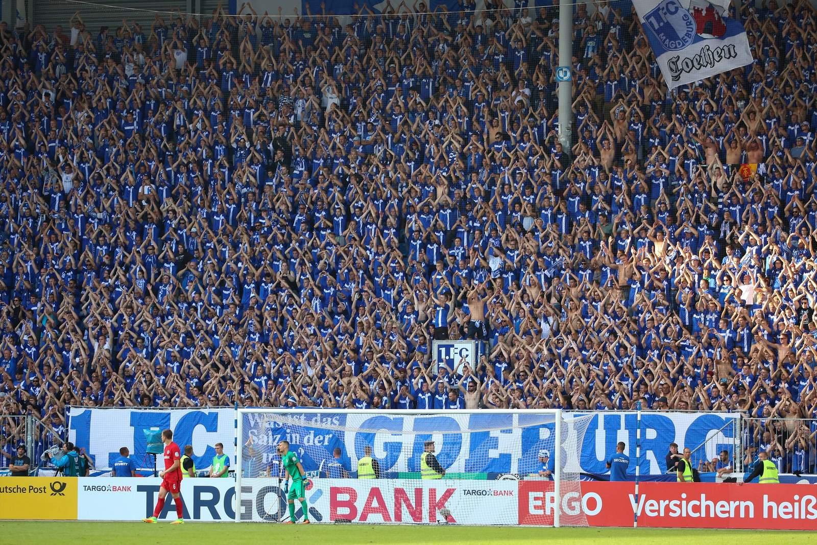 Stehen wie eine Wand hinter ihrem Verein: Die Fans des 1. FC Magdeburg.