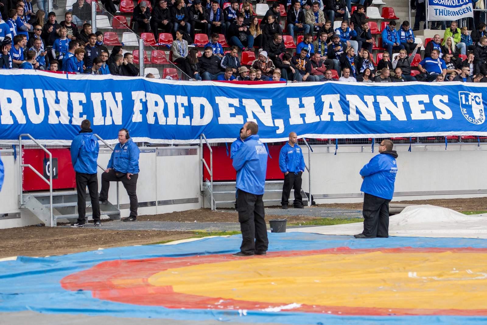 Magdeburg-Fans mit Banner für verstorbenen Fan Hannes