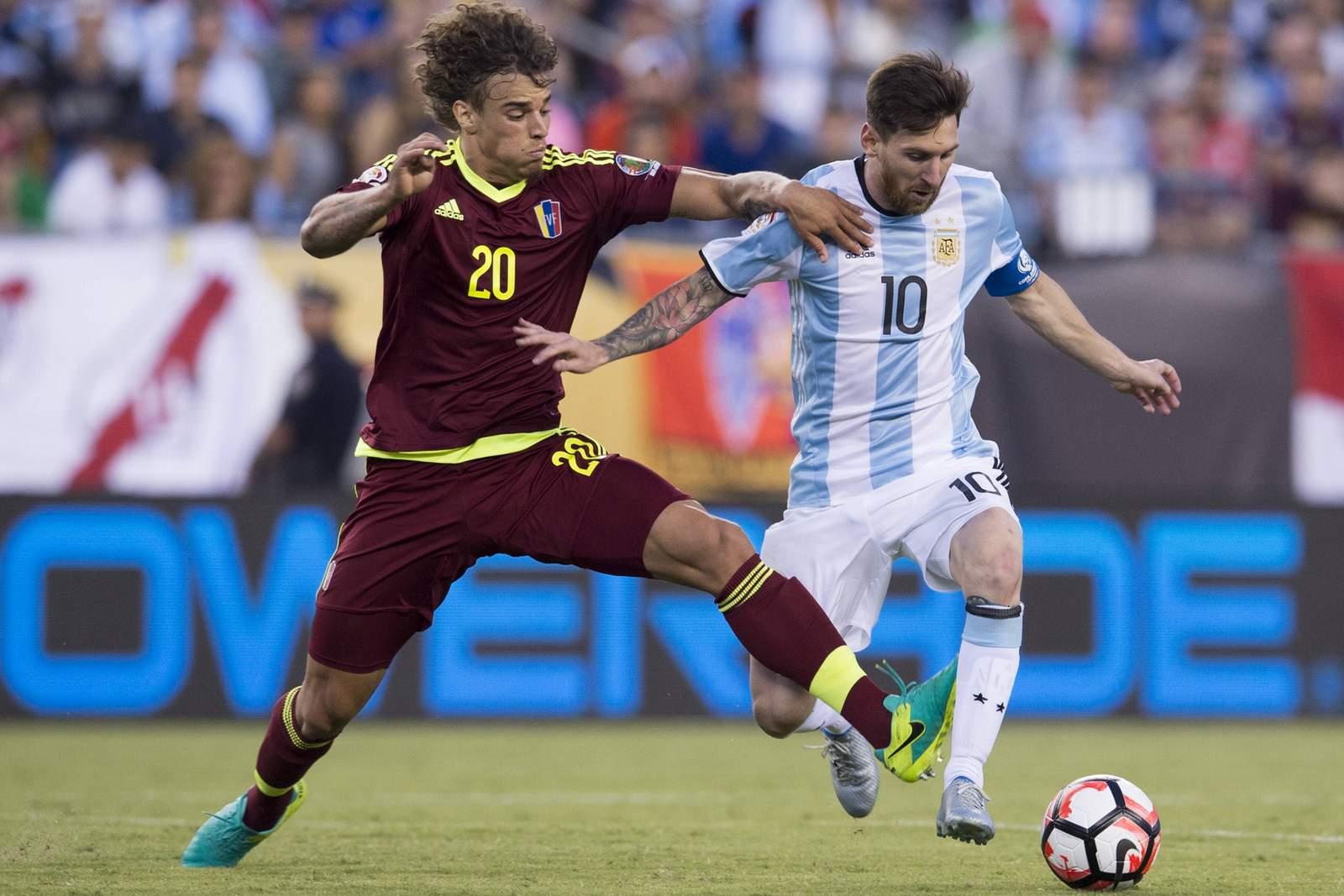 Rolf Feltscher im Zweikampf mit Lionel Messi