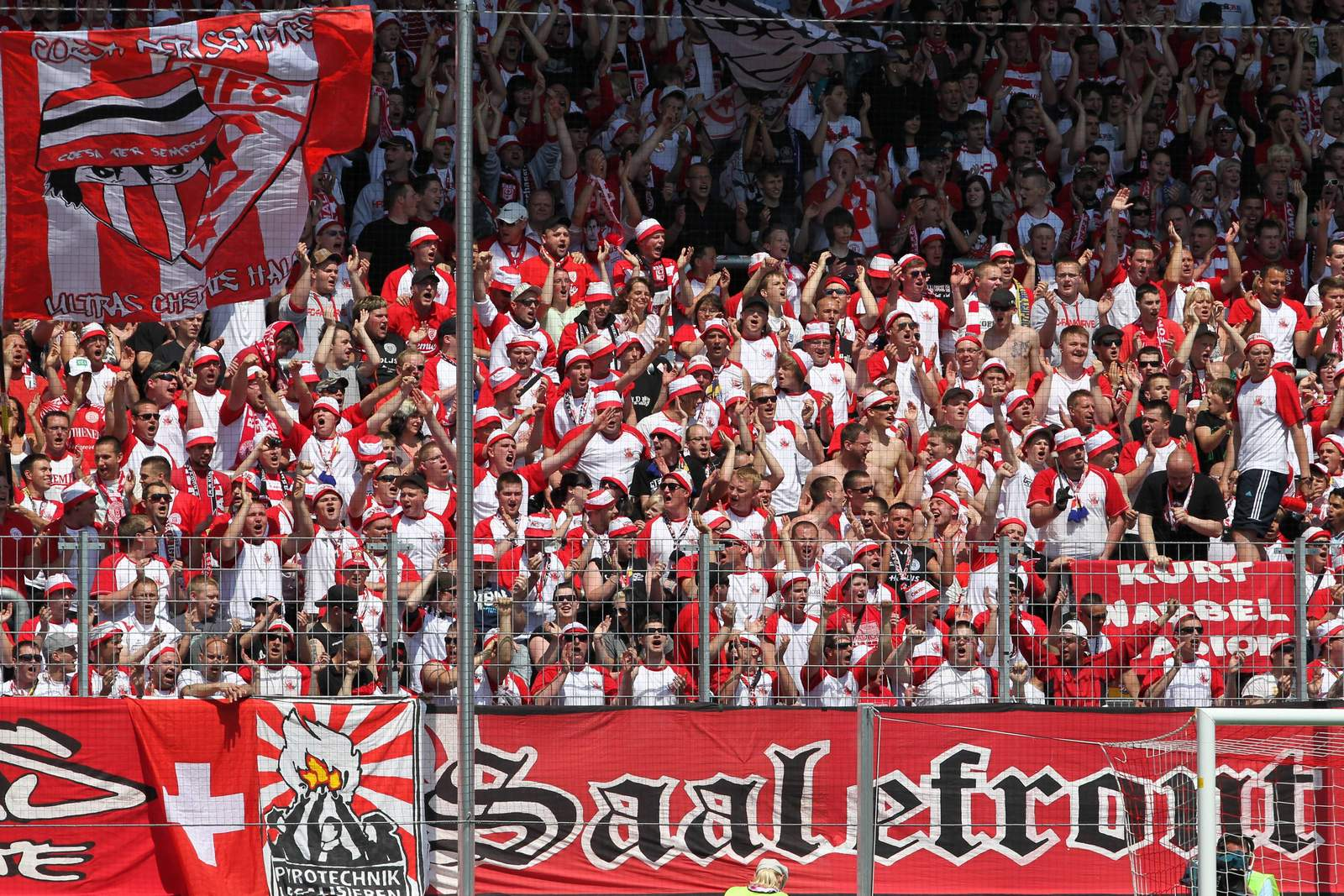 """Die """"Saalefront"""", Ultras des Halleschen FC."""