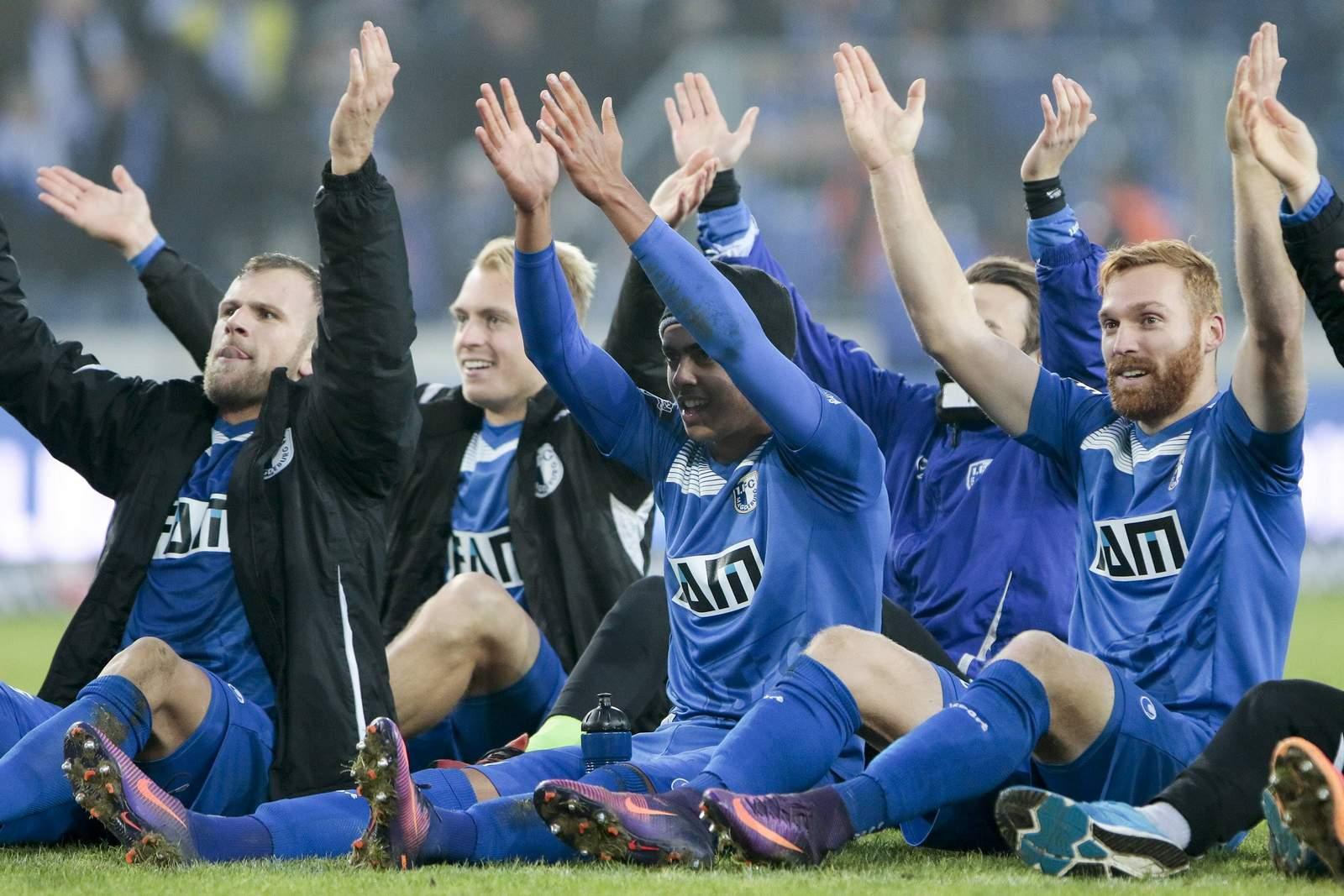 Die Magdeburger Spieler feiern mit ihren Fans.