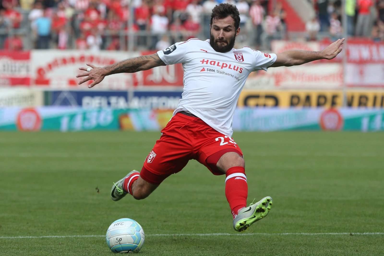 Sascha Pfeffer schießt im Trikot des Halleschen FC. Jetzt kickt er für Lok Leipzig