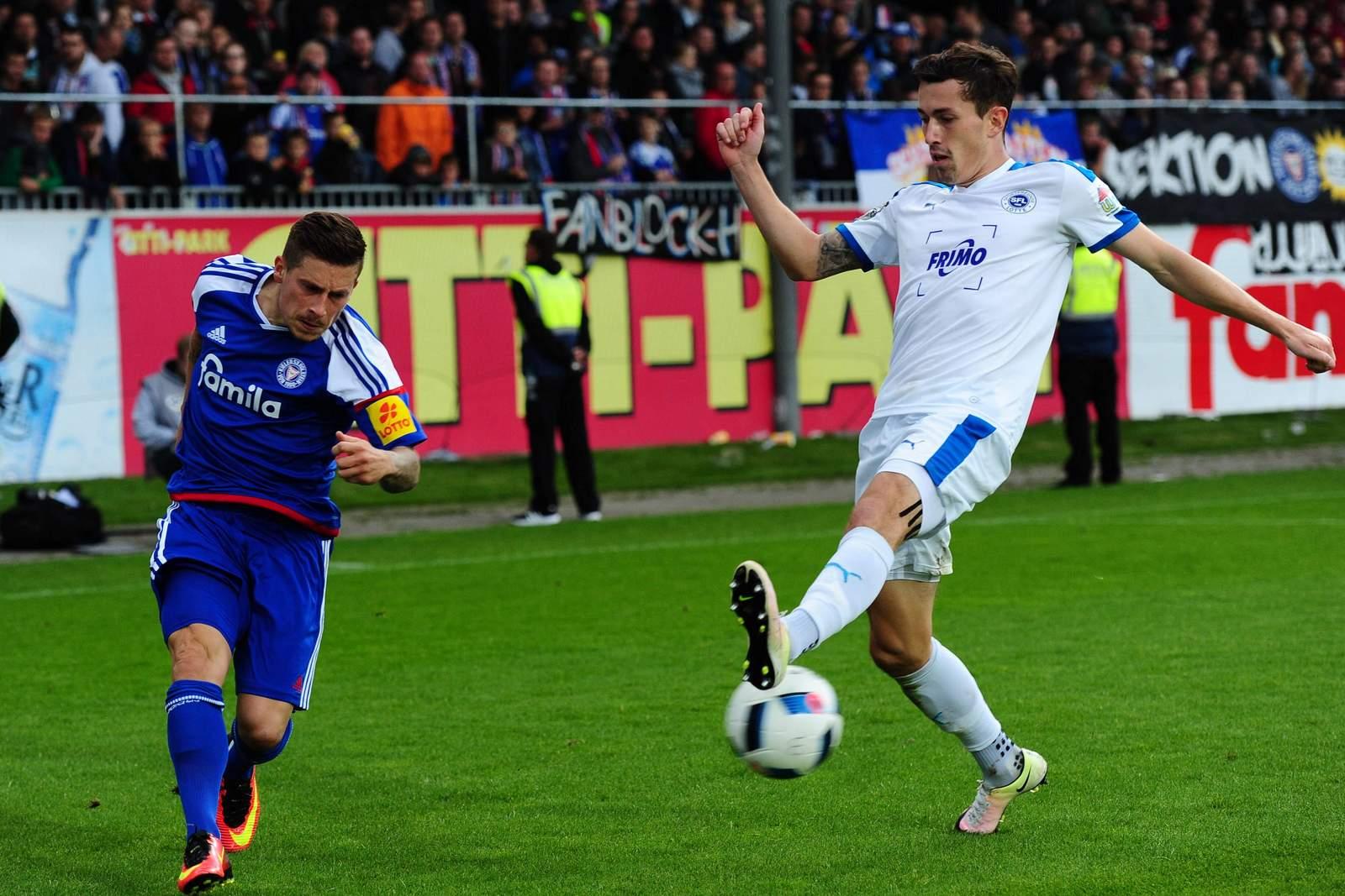 Steven Lewerenz flankt, Phillipp Steinhart blockt. Jetzt auf Lotte gegen Holstein Kiel wetten!