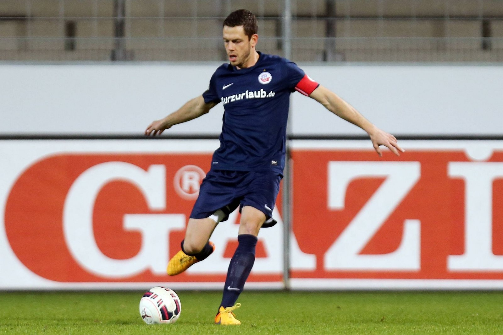Matthias Henn am Ball.