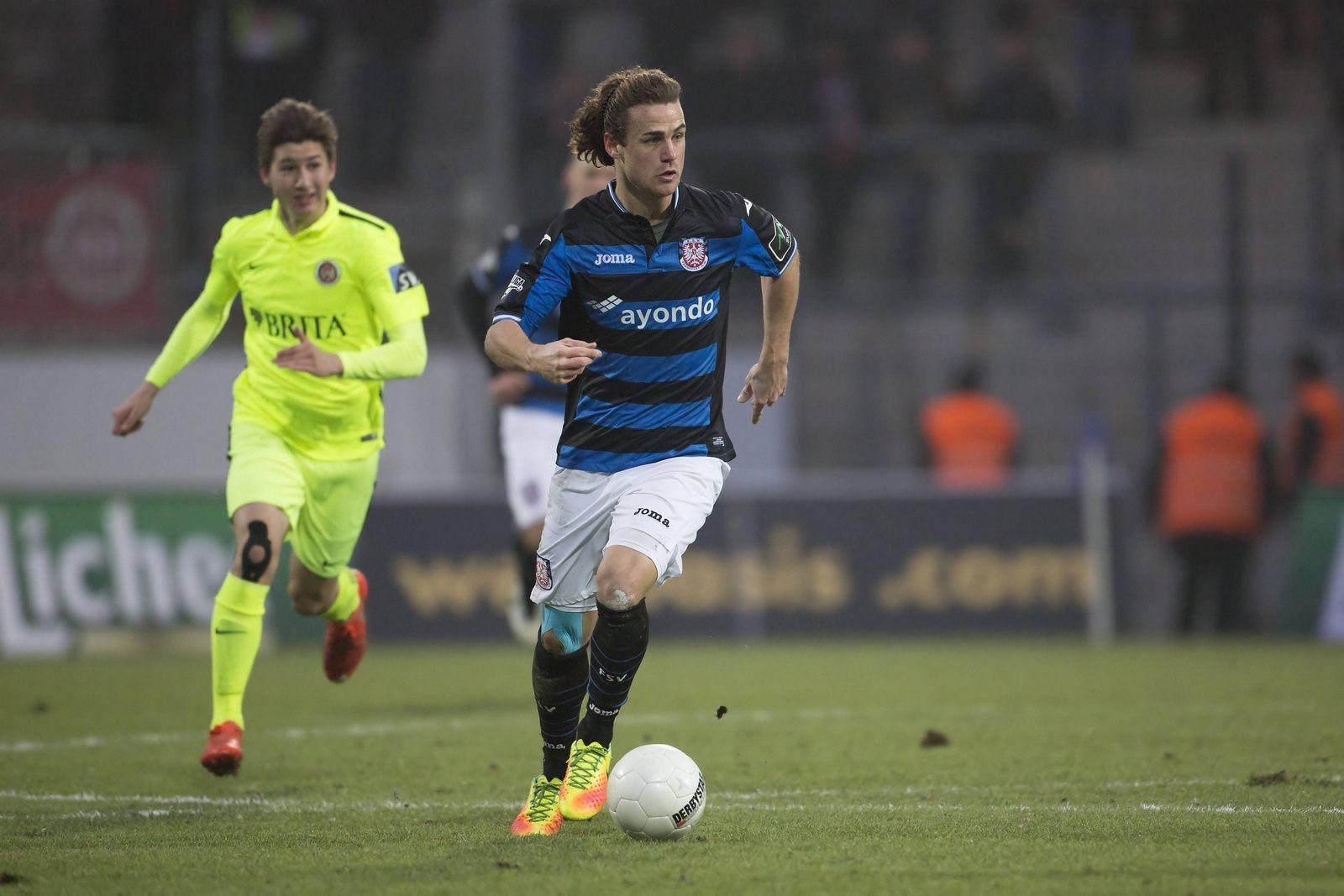 Yannick Stark treibt den Ball durchs Mittelfeld.