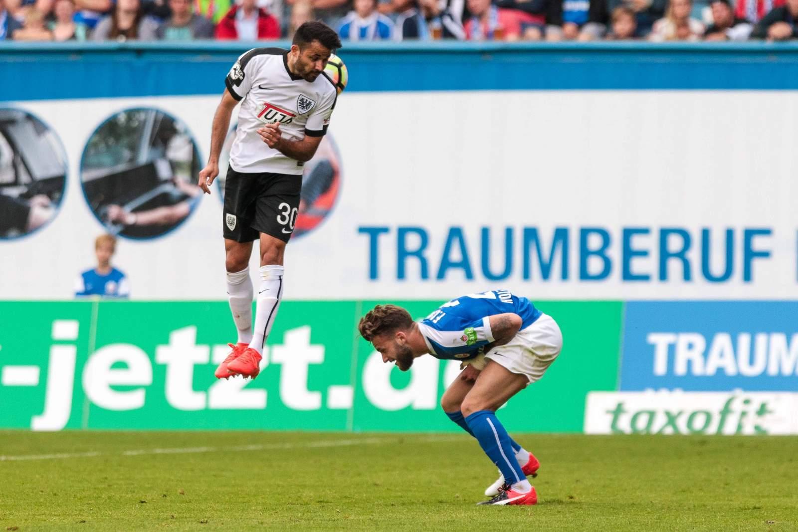 Denis Mangafic im Duell mit Rostocks Fabian Holthaus.