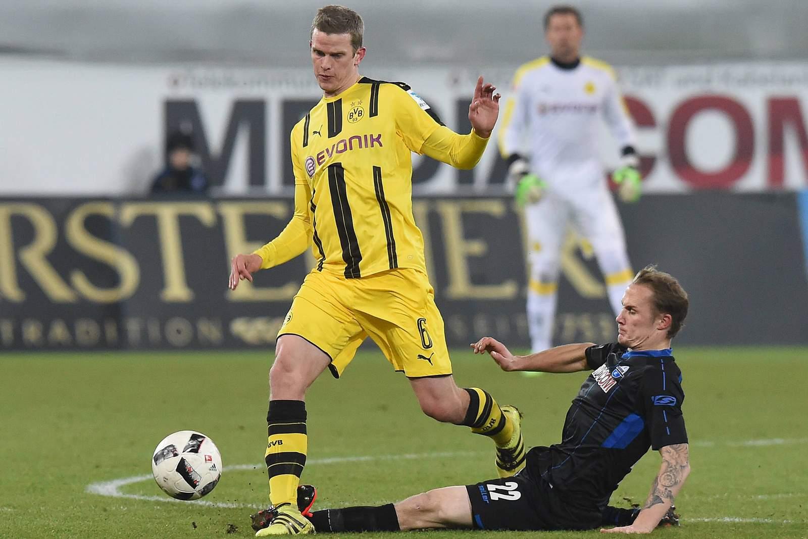 Sven Bender wird von Sven Michel im Mittelfeld attackiert.