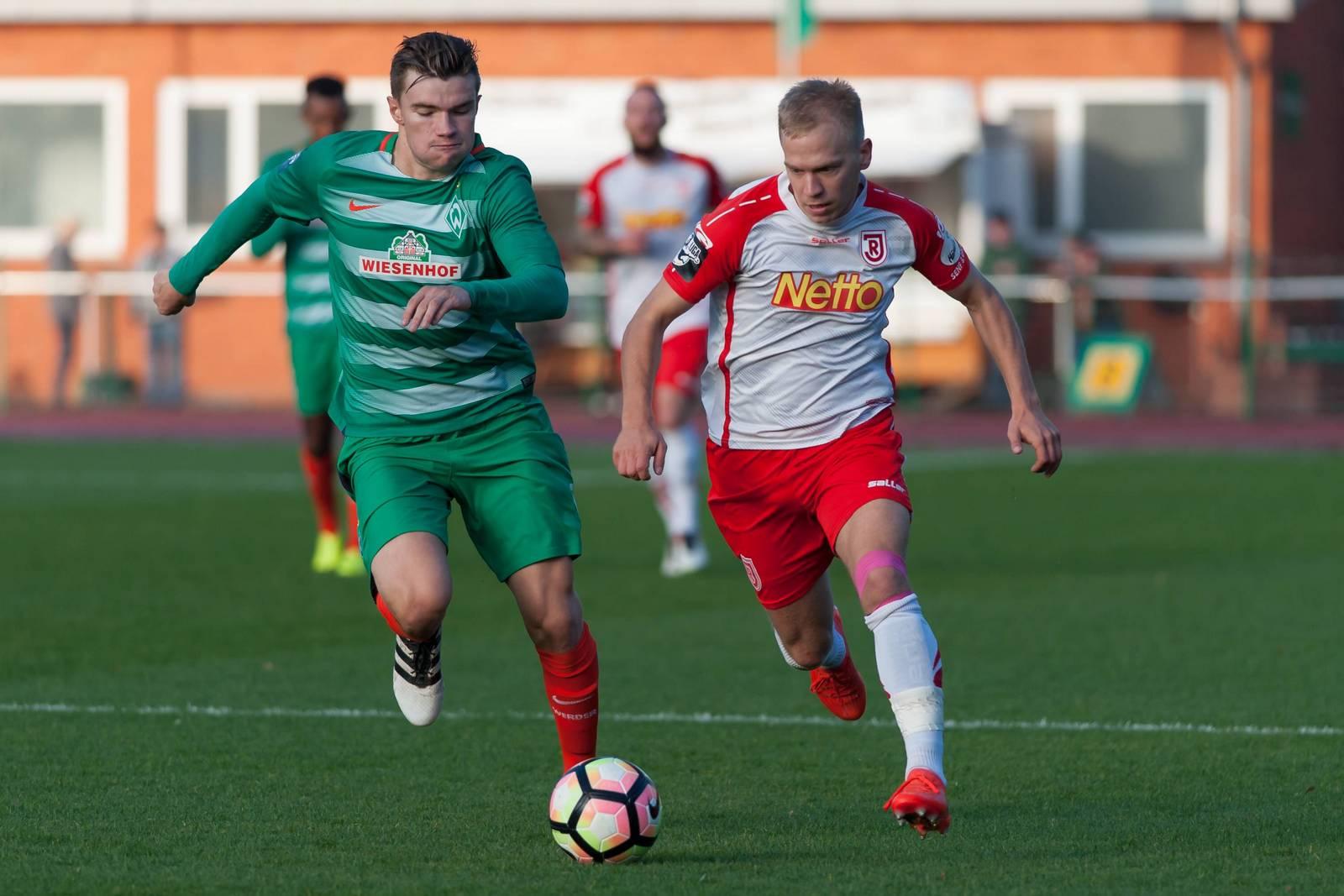 Alexander Nandzik im Laufduell mit Bremens Björn Rother.