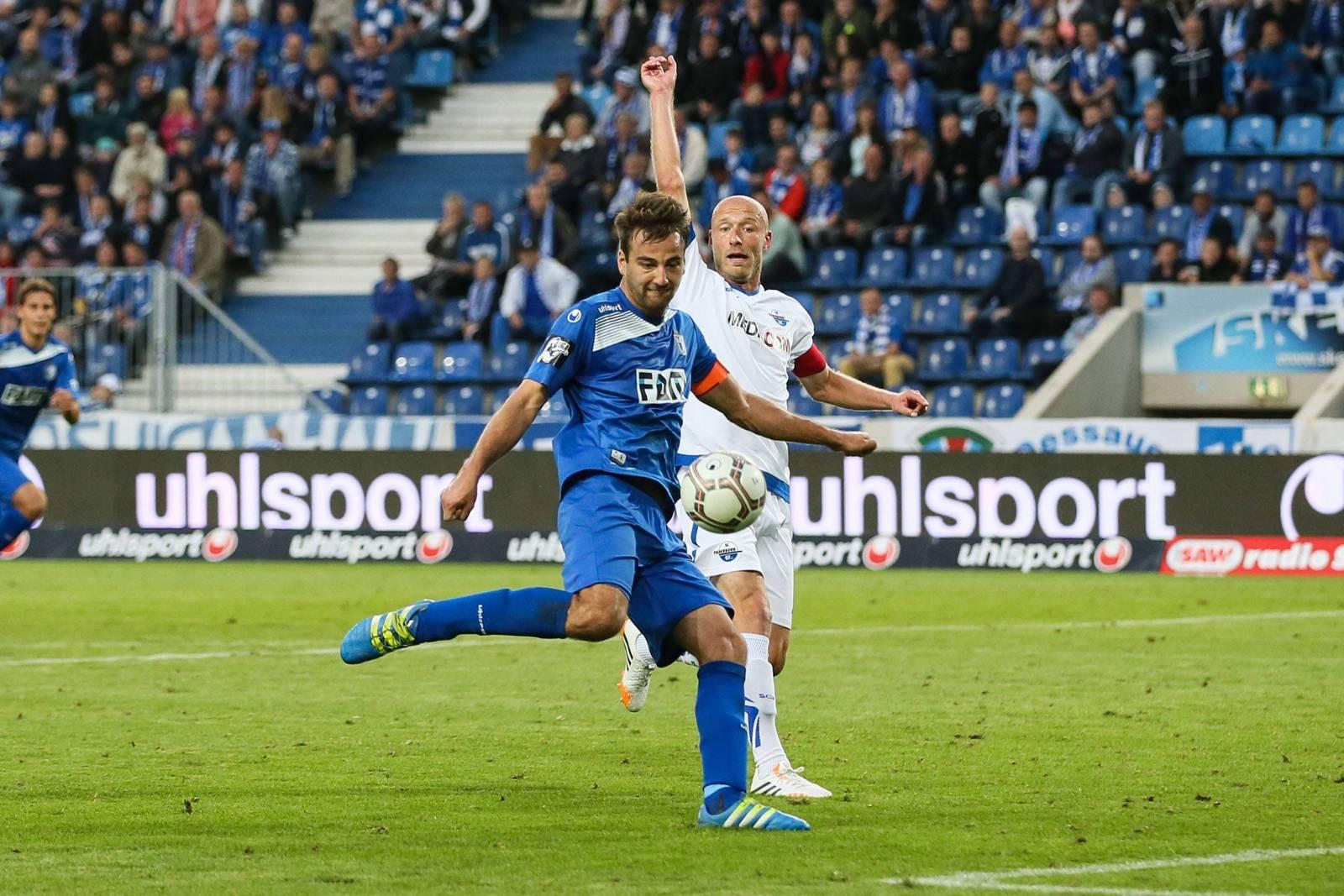 Christian Beck (1. FC Magdeburg) zieht ab.