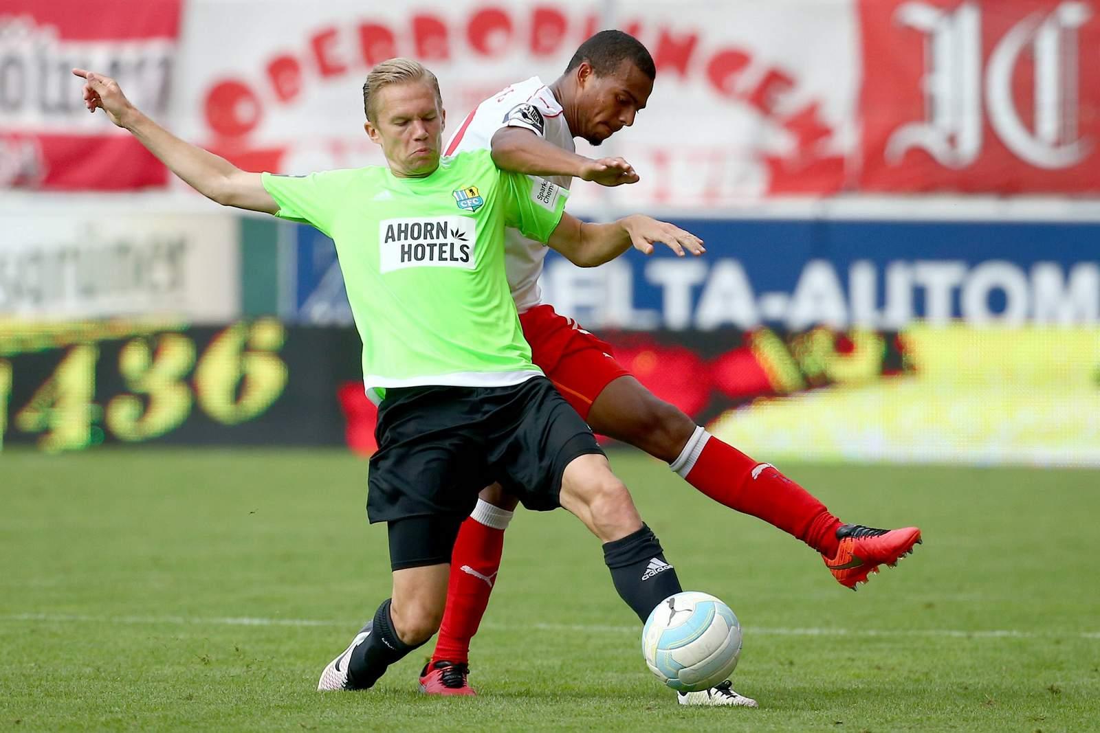 Dennis Grote im Duell gegen Marvin Ajani. Wer gewinnt? Jetzt auf Halle gegen Chemnitz wetten!