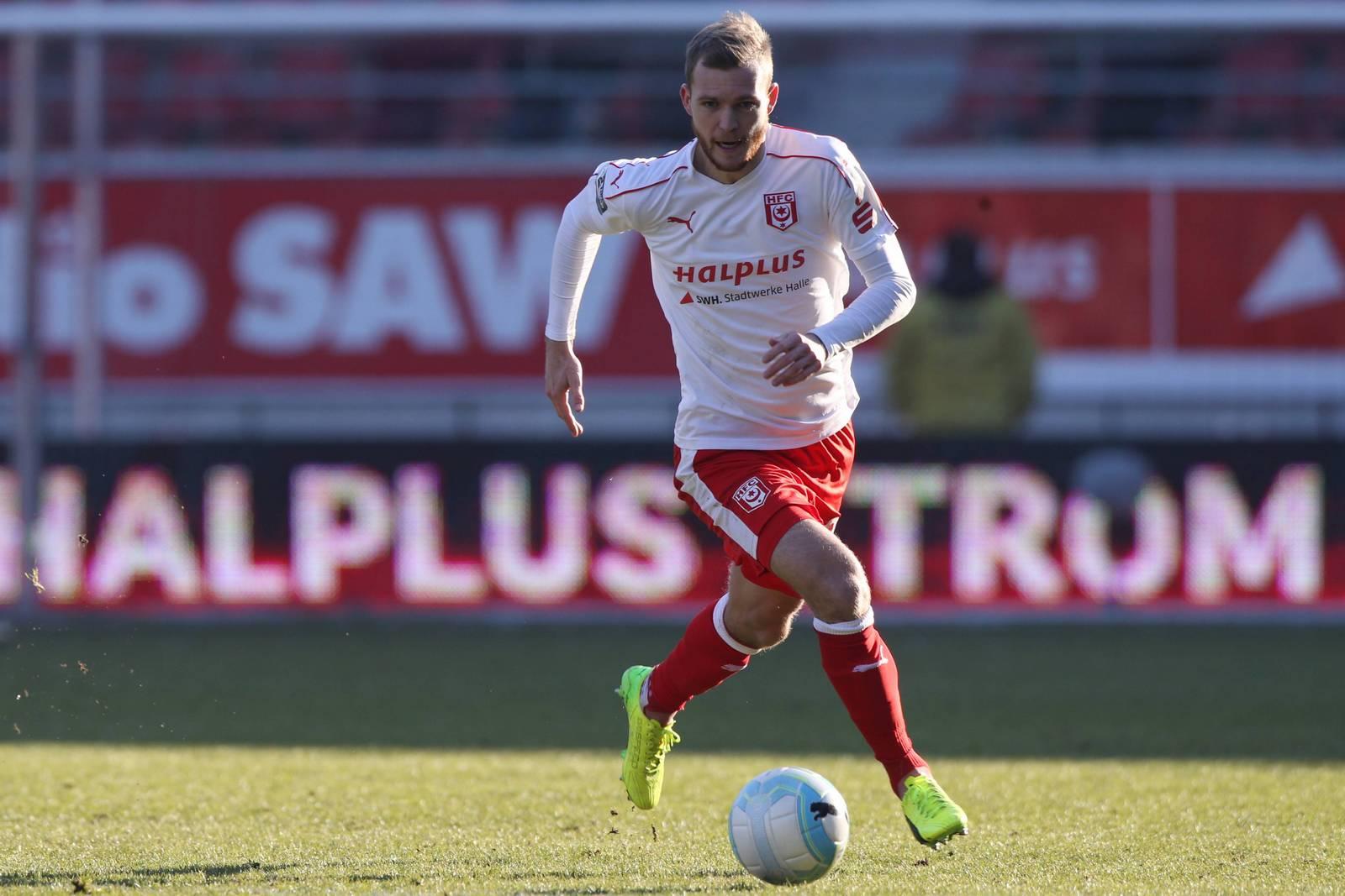 Fabian Baumgärtel vom Halleschen FC im Dribbling.