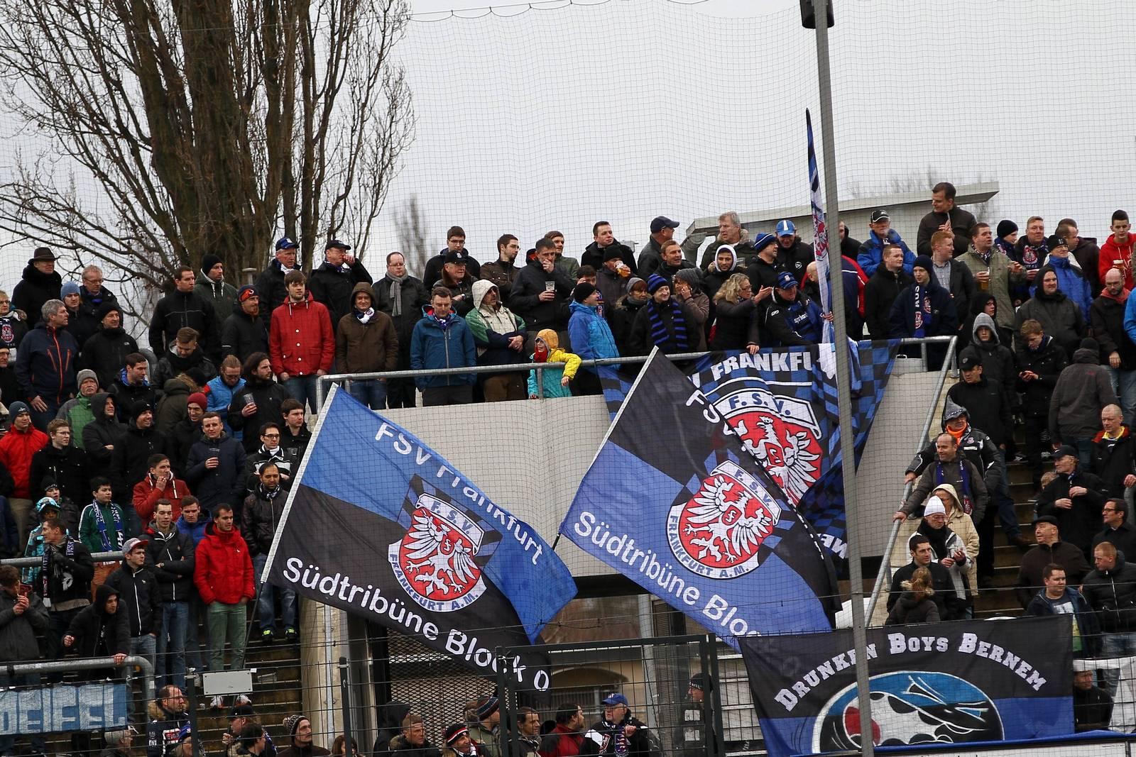 FSV Frankfurt Fans am Bornheimer Hang.