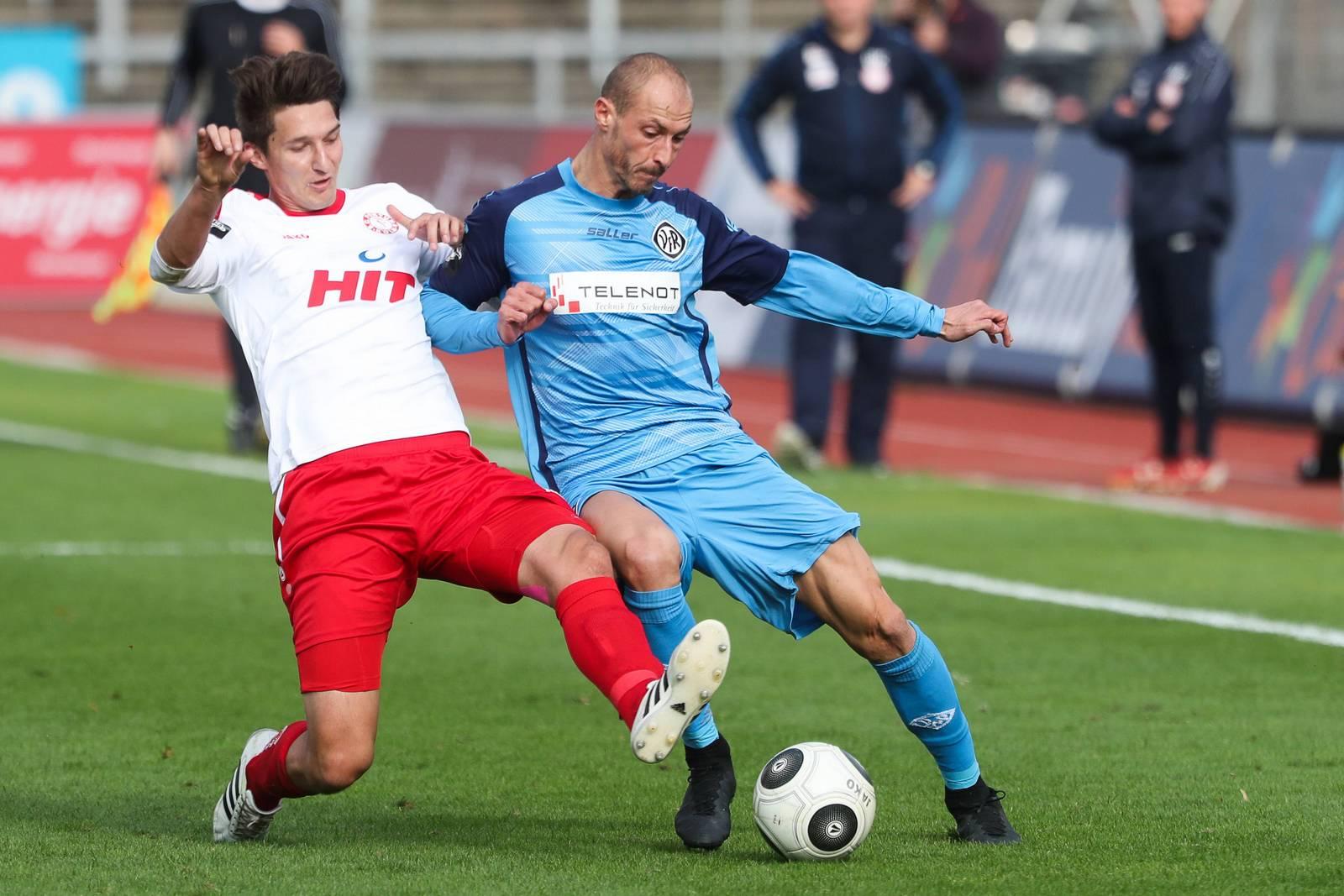 Markus Pazurek grätscht gegen Matthias Morys vom VfR Aalen.