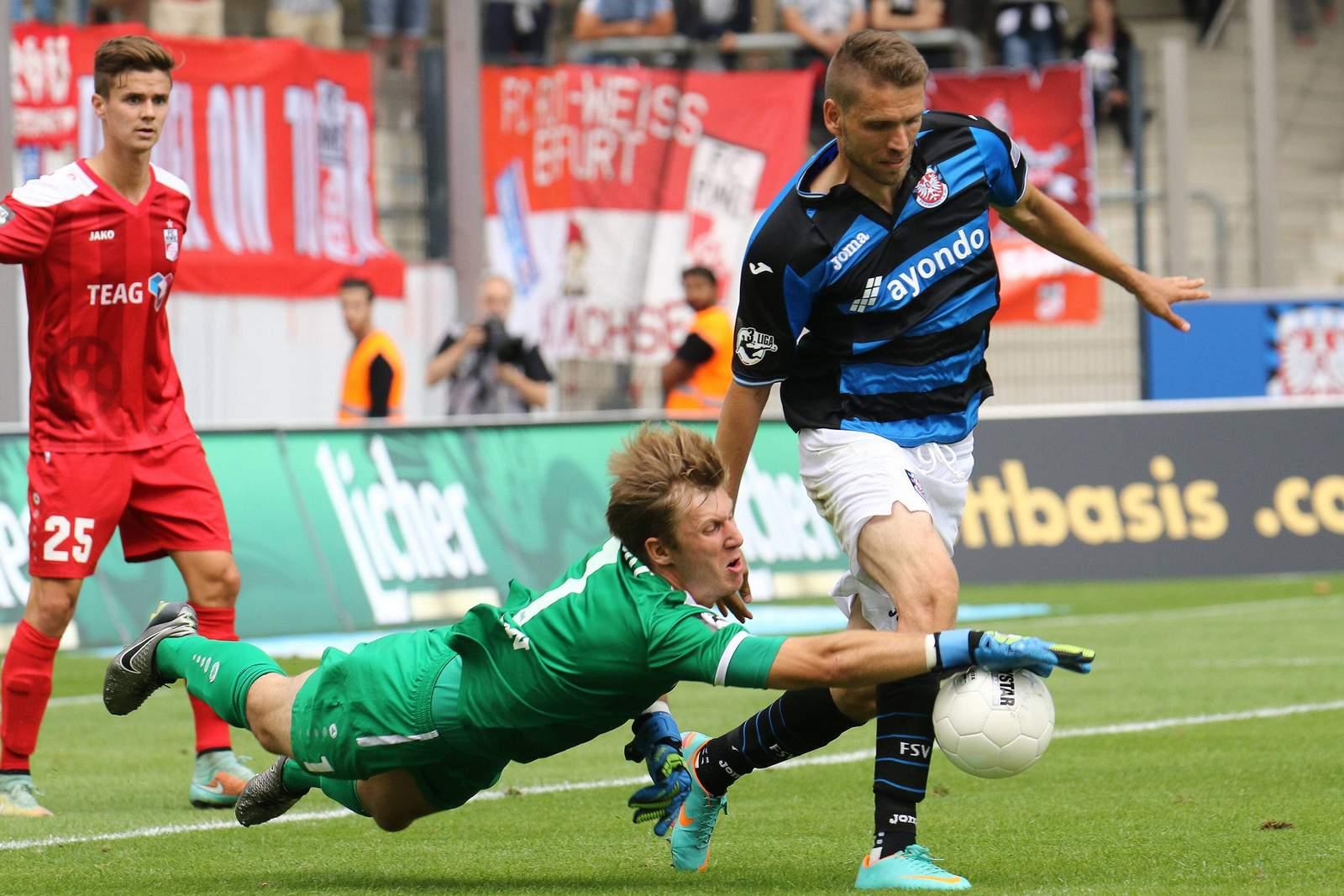 Philipp Klewin rettet gegen Ranisav Jovanovic