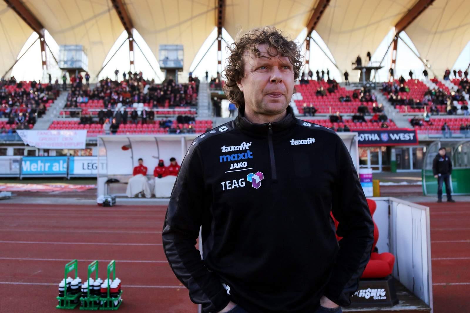 Erfurts Trainer Stefan Krämer vor dem Spiel