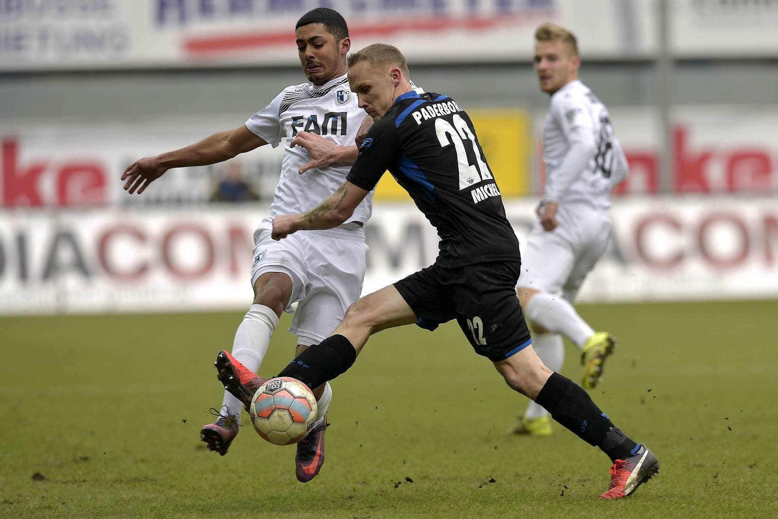 Tarek Chahed im Zweikampf mit Sven Michel.