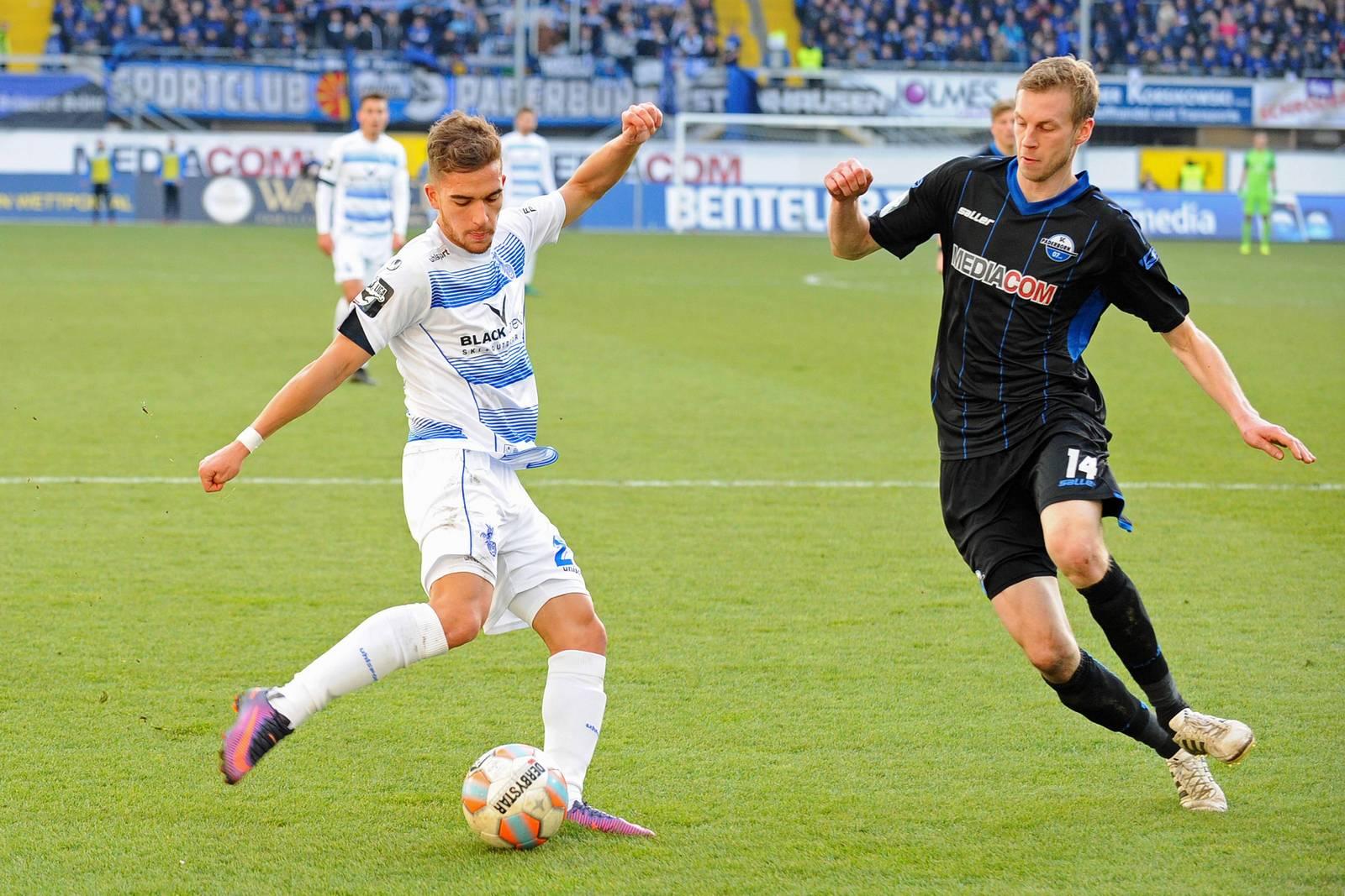 Thomas Bertels versucht die Flanke von Duisburgs Ahmet Engin zu verhindern.