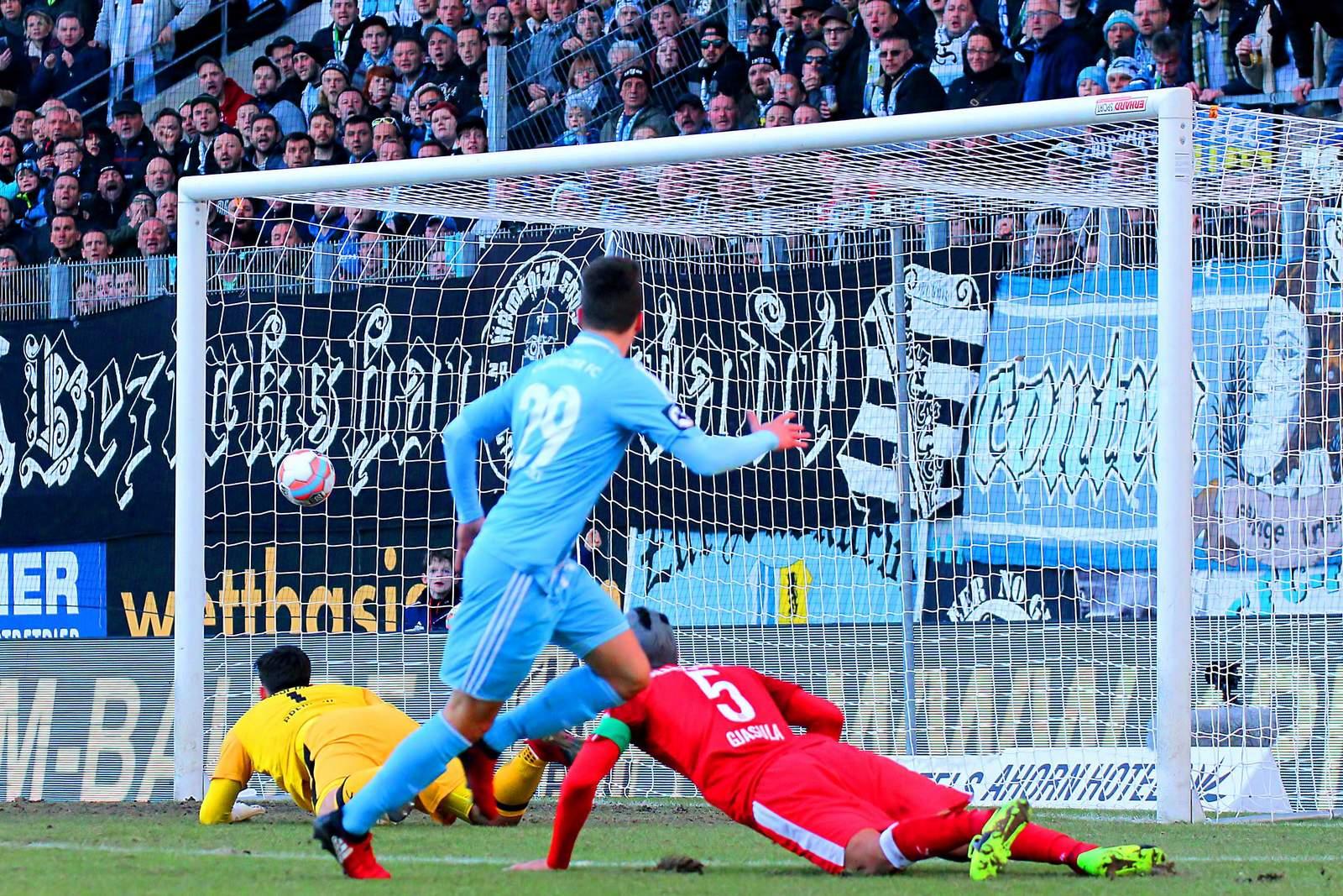 Tom Baumgart erzielt für Chemnitz ein Tor gegen Halle