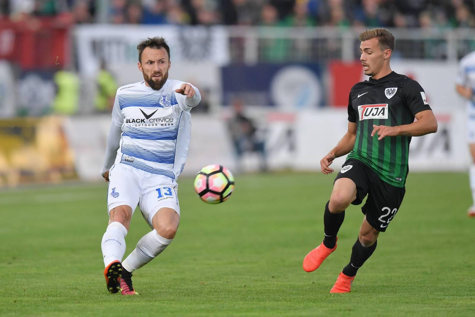Zlatko Janjic im Duell mit Sinan Tekerci. Jetzt auf MSV Duisburg gegen Preußen Münster wetten!