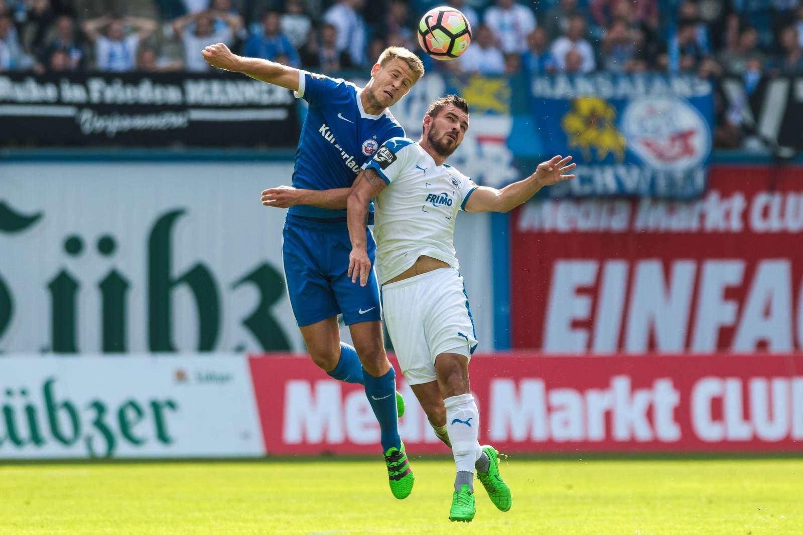 Kopfballduell zwischen Tommy Grupe und Bernd Rosinger. Jetzt auf Lotte gegen Hansa Rostock wetten!