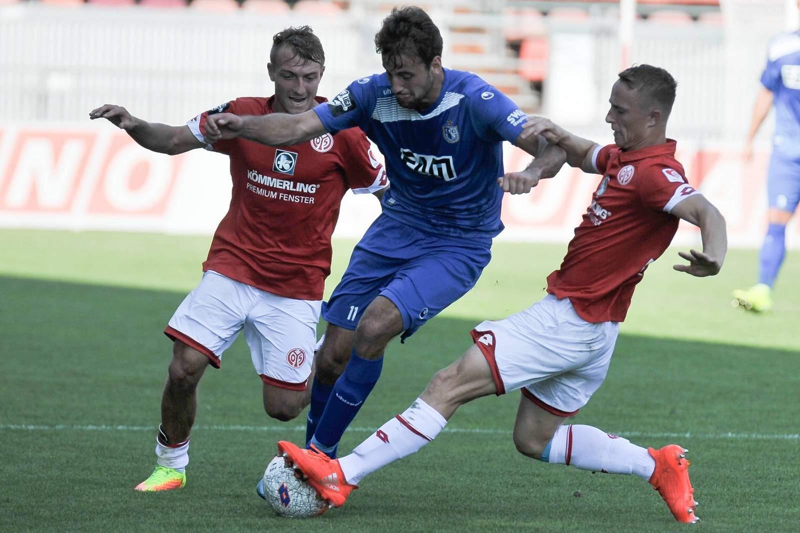 Daniel Bohl grätscht gegen Christian Beck. Jetzt auf Magdeburg gegen Mainz II wetten!