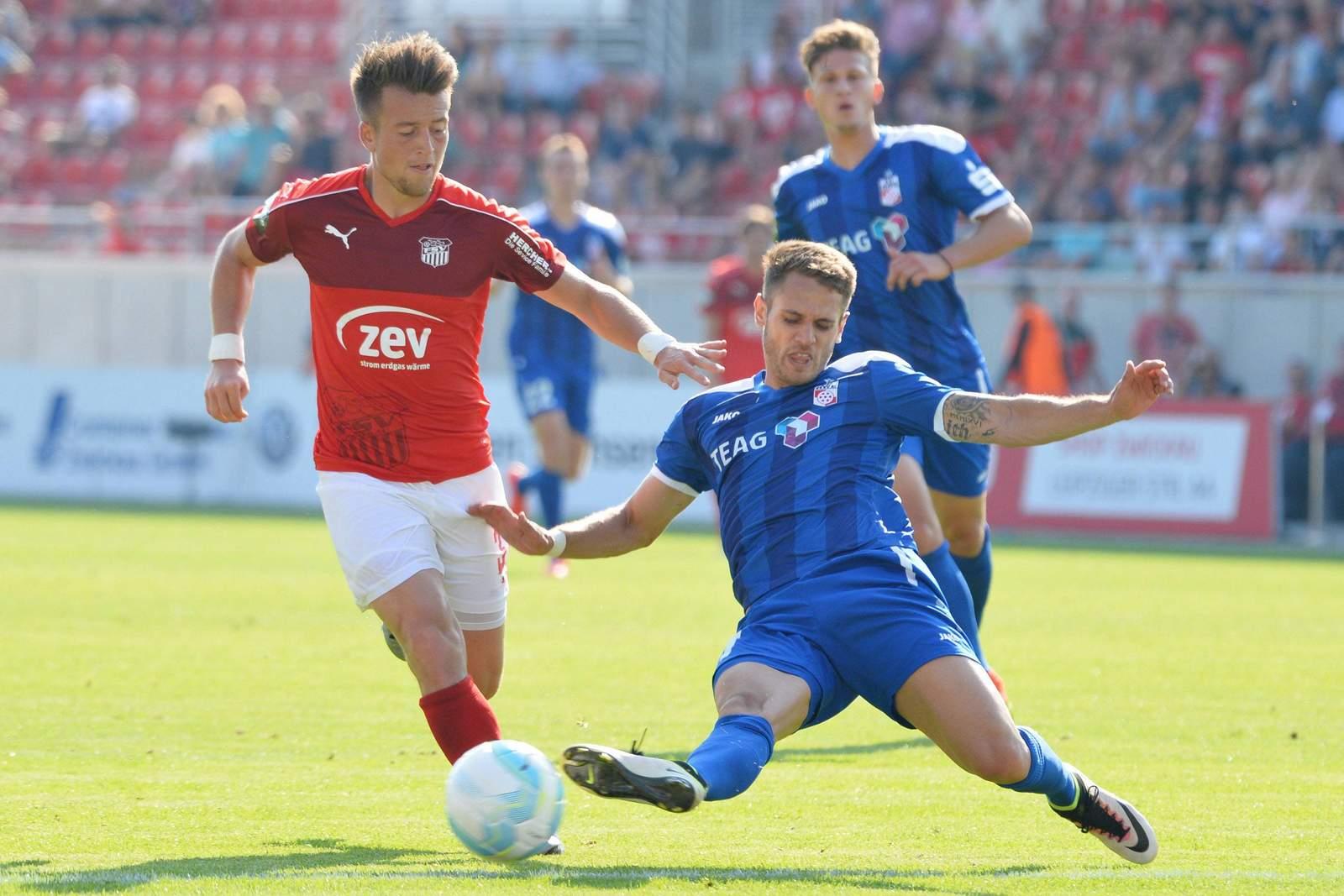 Luka Odak grätscht gegen Patrick Göbel. Jetzt auf Erfurt gegen Zwickau wetten!
