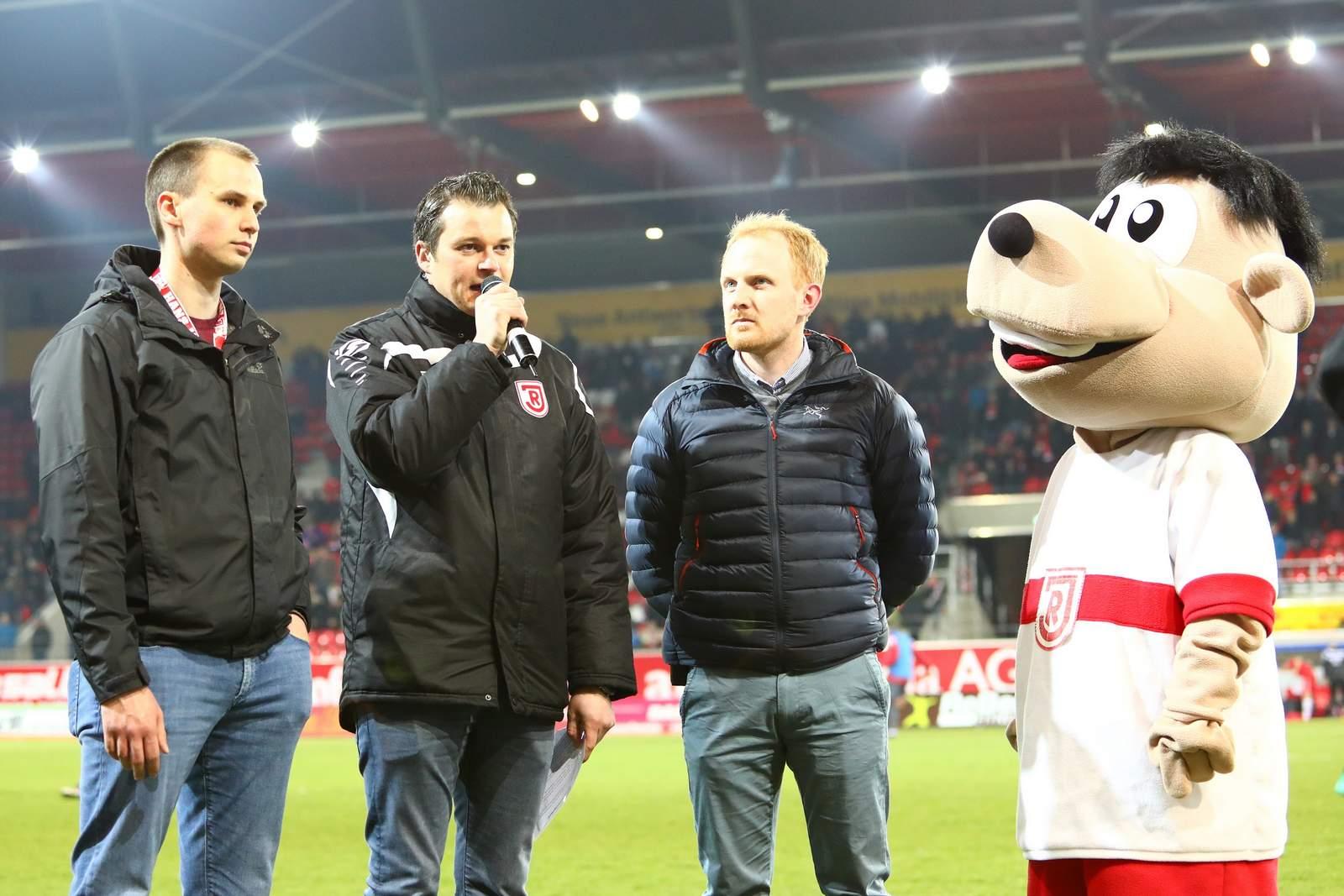 Verantwortliche von Regensburg auf dem Spielfeld