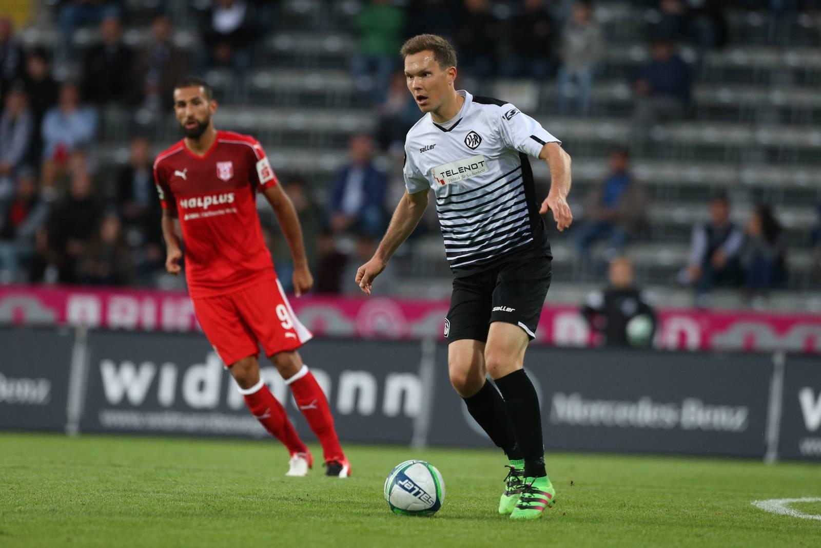 Robert Müller ist für den VfR Aalen am Ball.