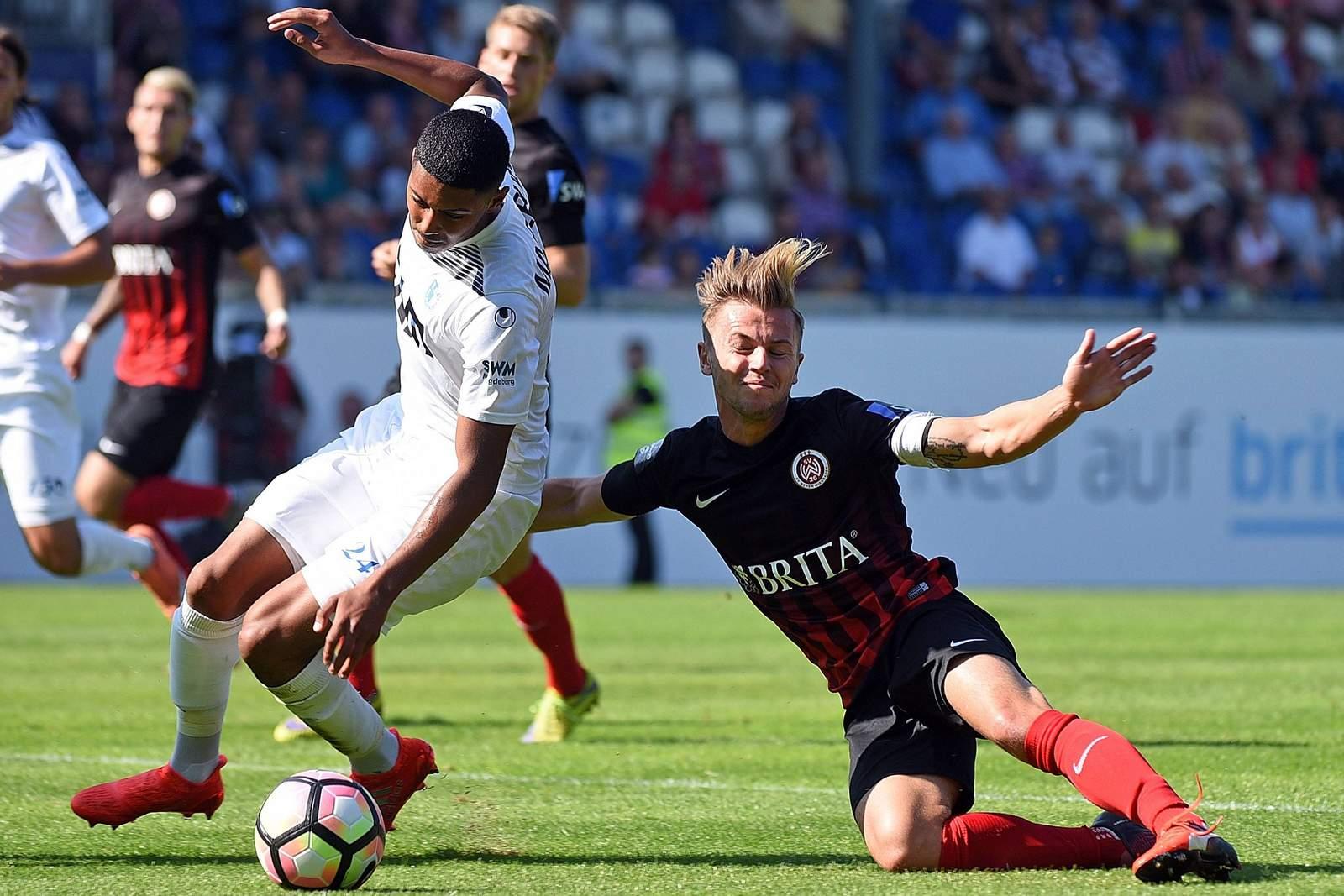 David Blacha vom SV Wehen Wiesbaden gegen Tarek Chahed vom 1. FC Magdeburg
