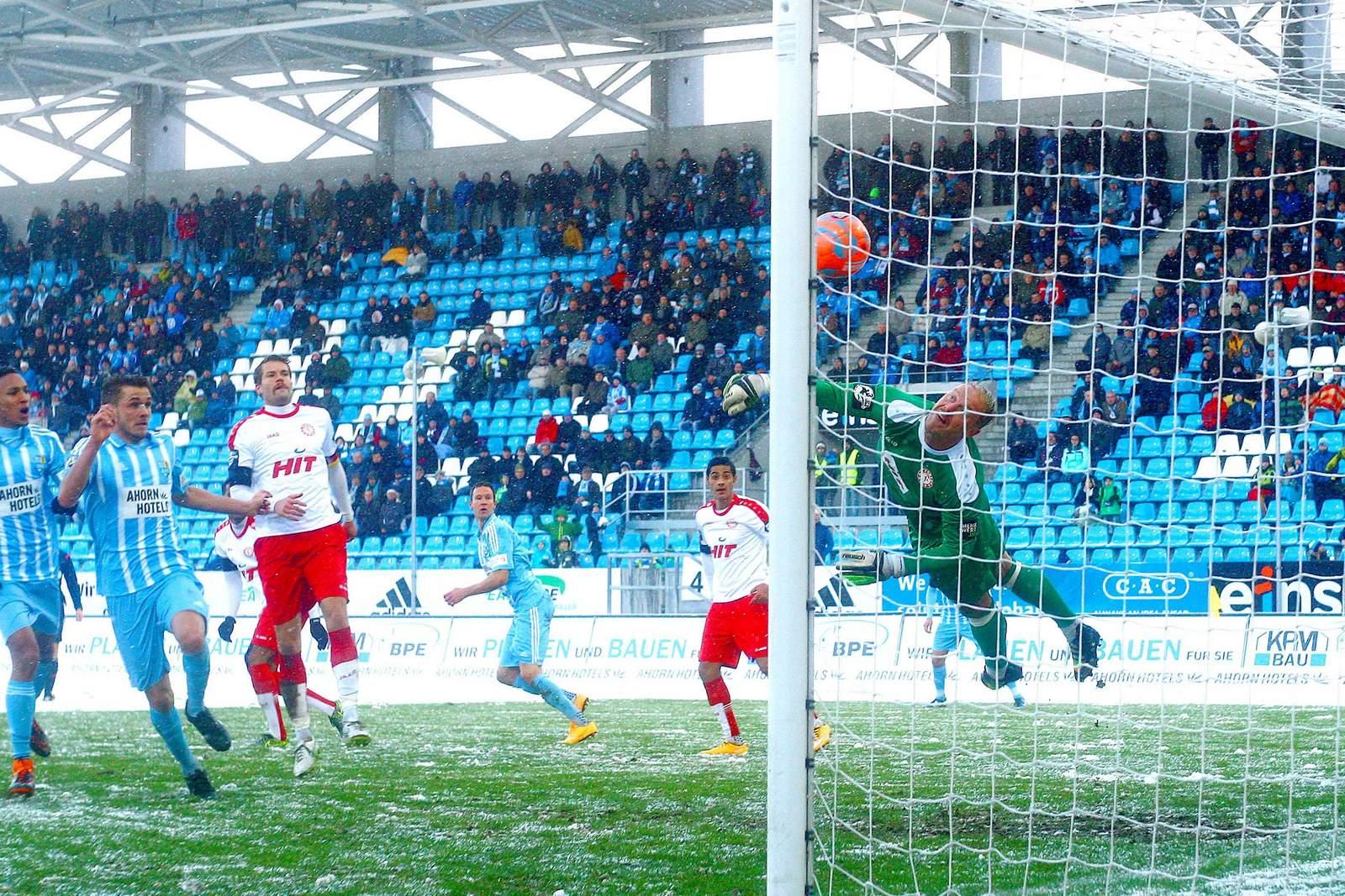André Poggenborg streckt sich nach einem Ball.