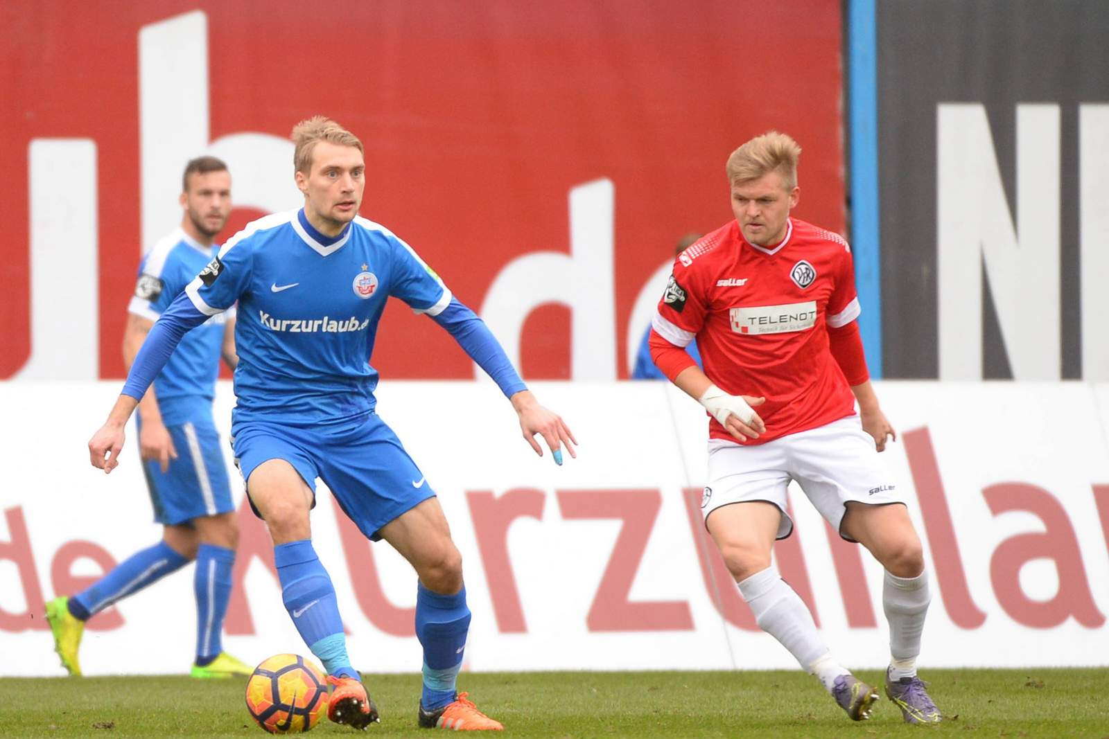 Tim Väyrynen vom FC Hansa Rostock am Ball.