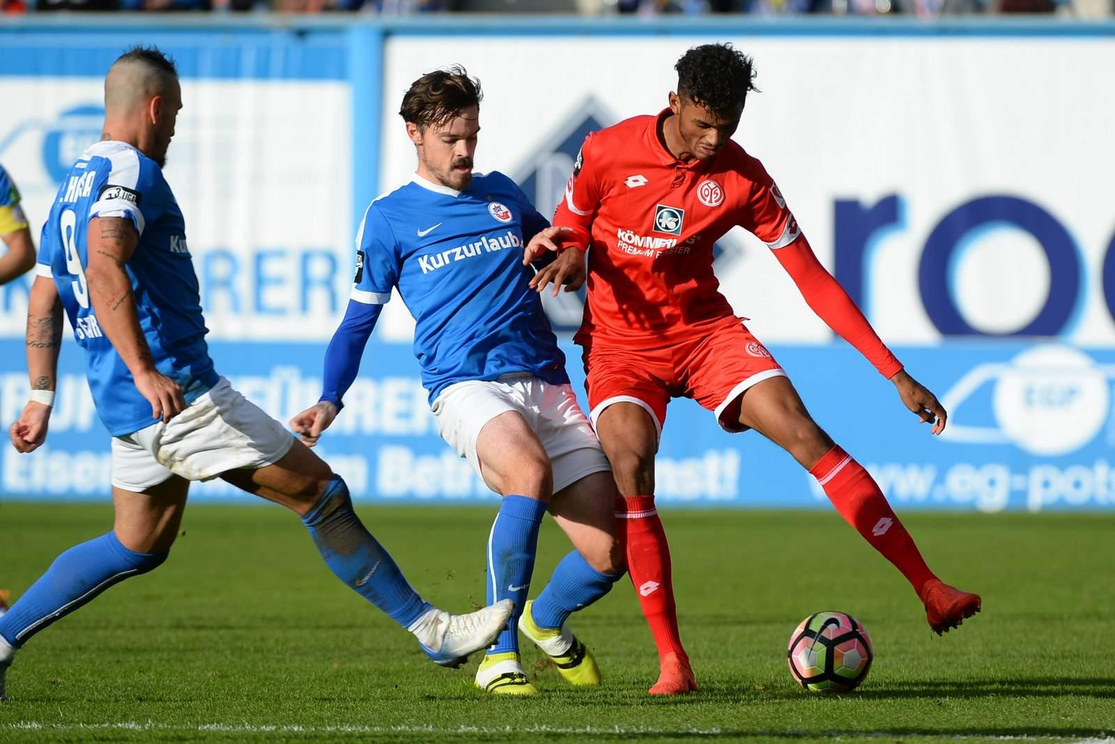 Zweikampf zwischen Dennis Erdmann und Aaron Seydel. Jetzt auf Mainz II gegen Hansa Rostock wetten!