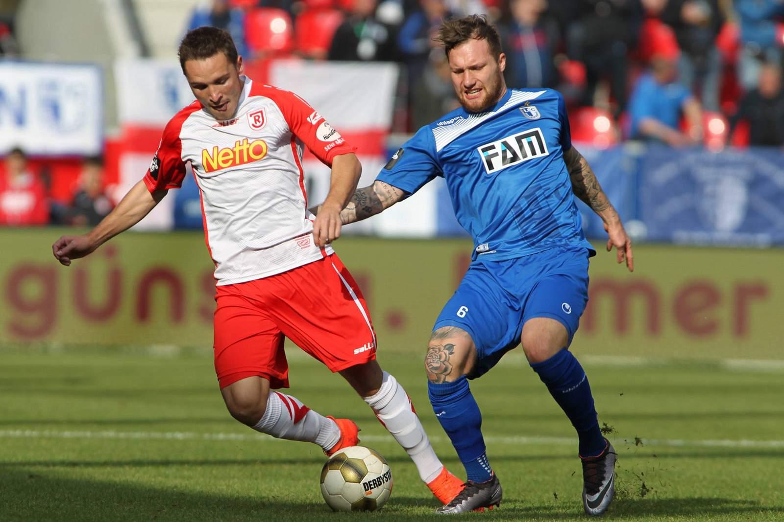 Zweikampf zwischen Andreas Geipl und Jan Löhmannsröben. Jetzt auf Magdeburg gegen Regensburg wetten!