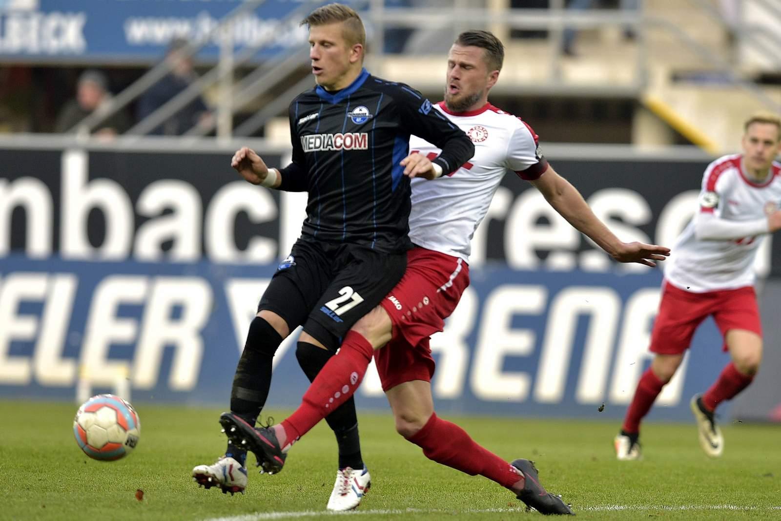 Zweikampf zwischen Marcus Piossek und Daniel Flottmann. Jetzt auf Fortuna Köln gegen Paderborn wetten!