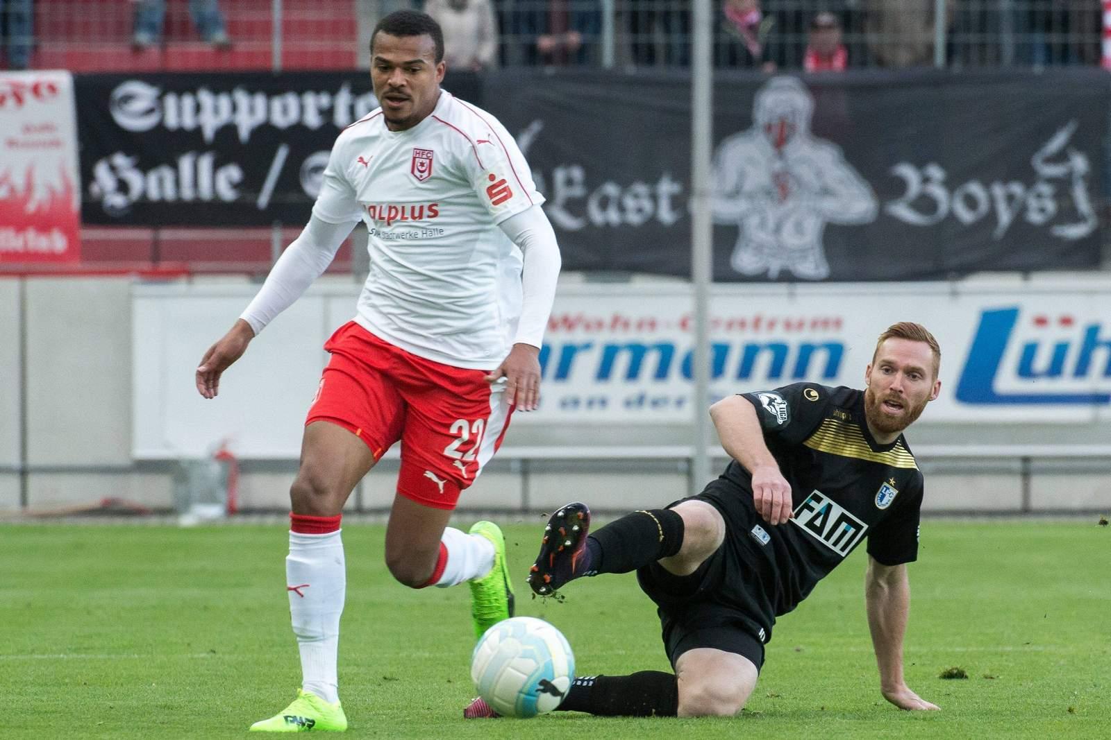 Marvin Ajani zieht an Nico Hammann vorbei. Jetzt auf Halle gegen Magdeburg wetten!