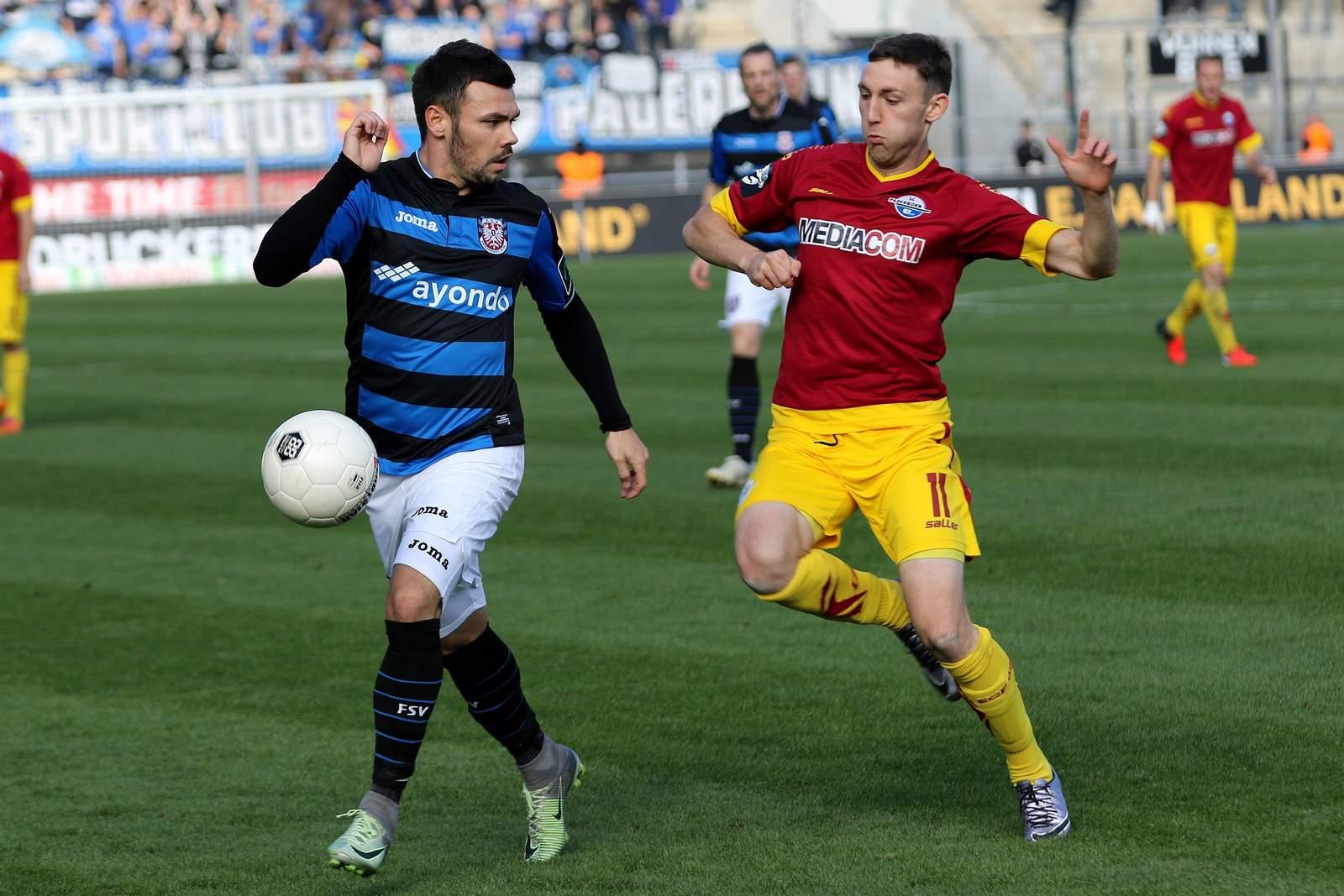 Christian Bickel läuft Massimo Ornatelli an. Jetzt auf Paderborn gegen FSV Frankfurt wetten!