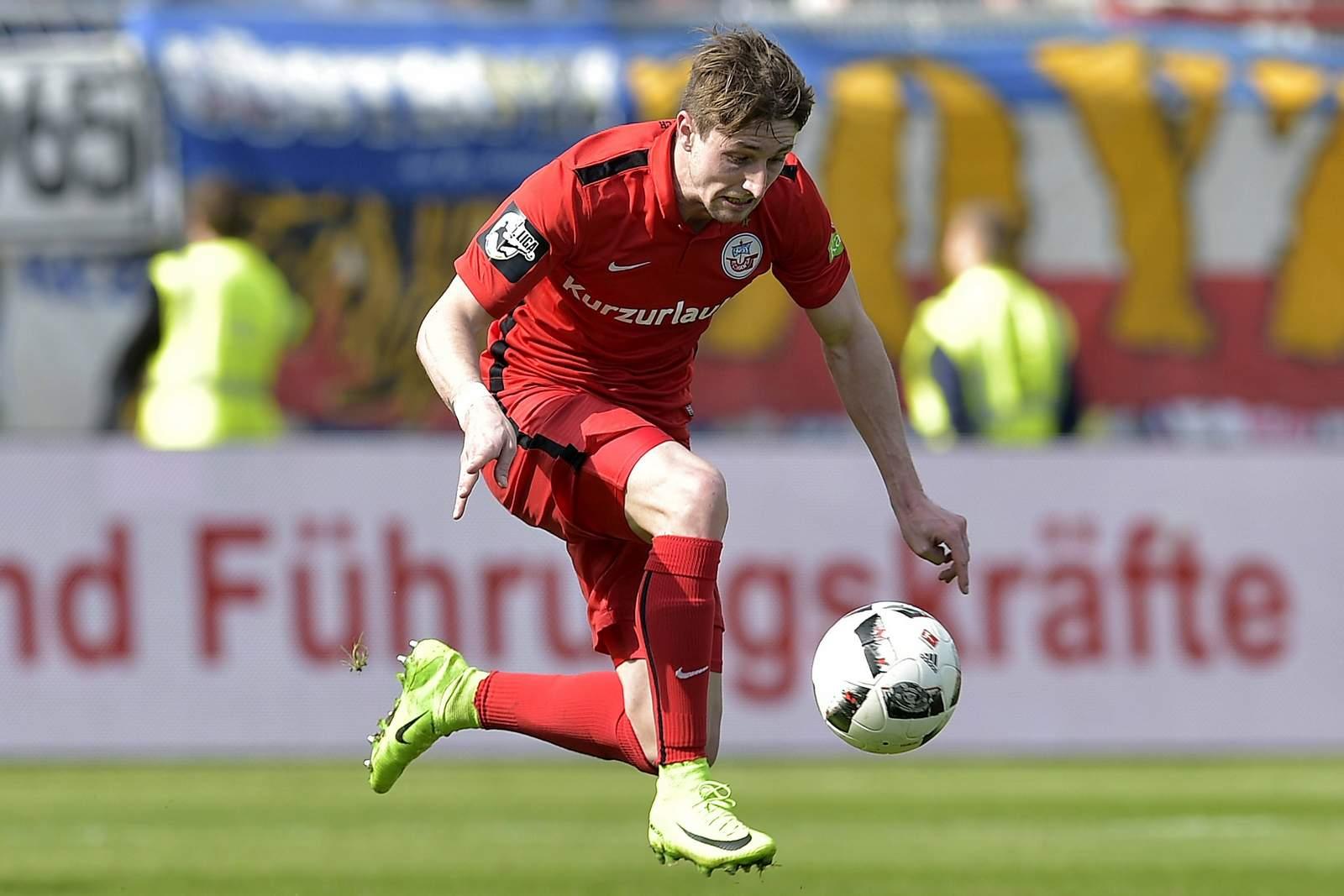Stephan Andrist am Ball. Jetzt auf Werder Bremen II gegen Hansa Rostock wetten!