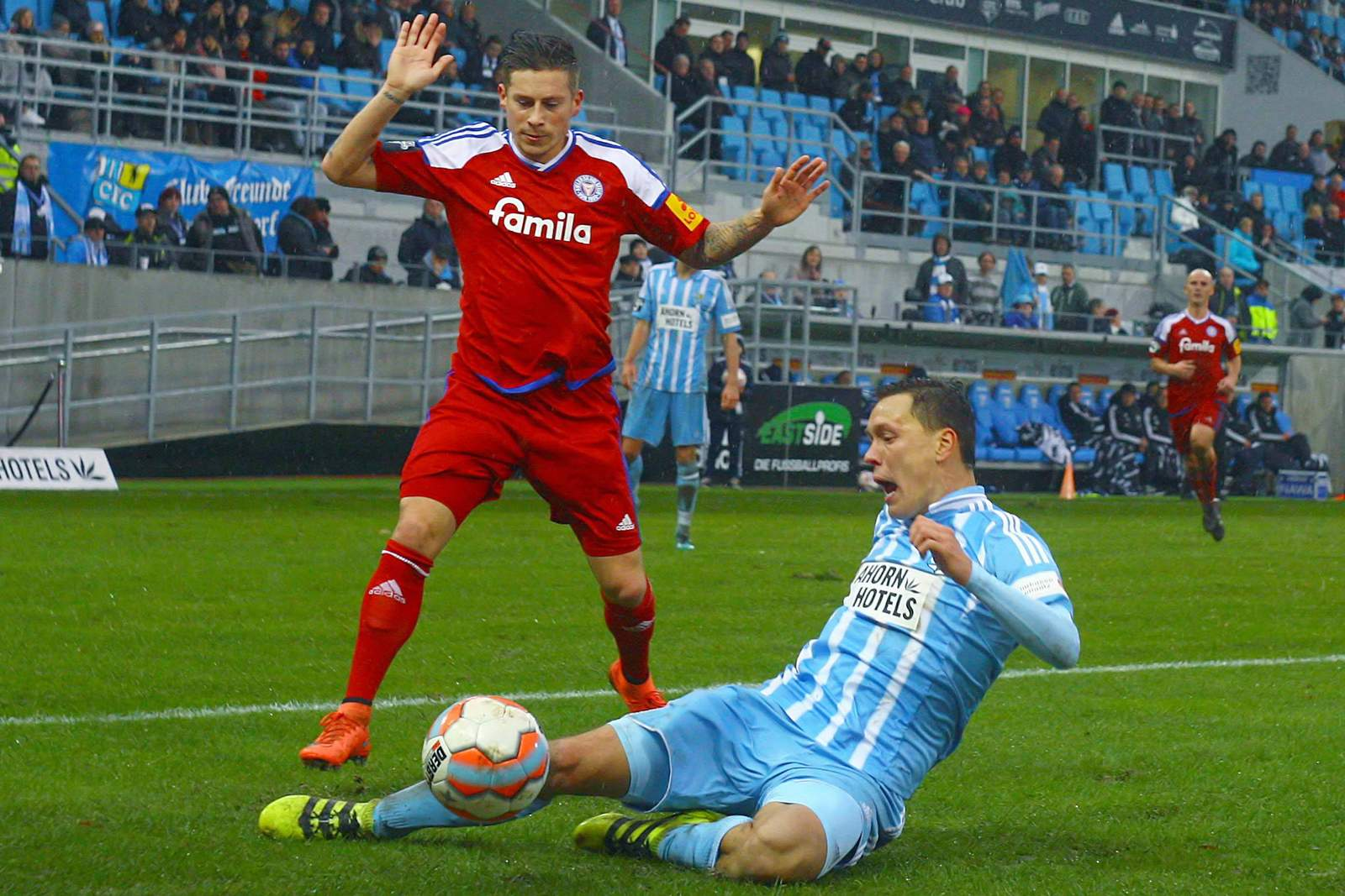 Alexander Bitroff grätscht gegen Steven Lewerenz. Jetzt auf Holstein Kiel gegen Chemnitz wetten!