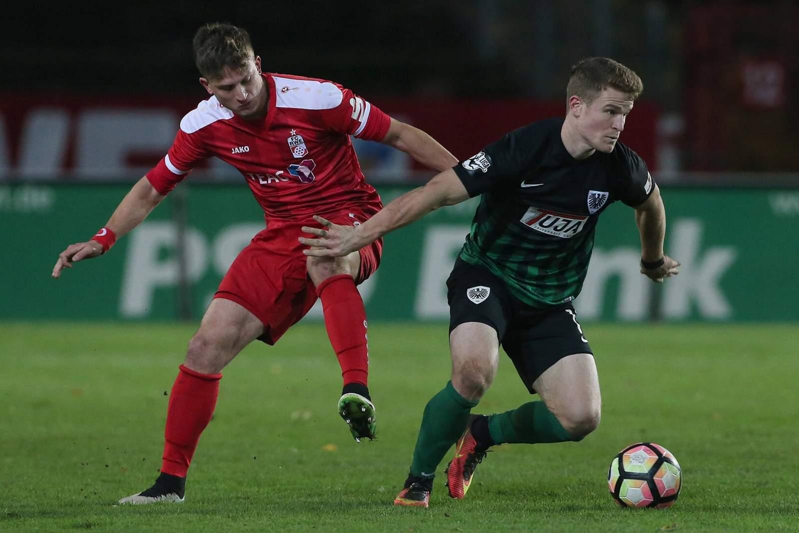 Tobias Rühle, SC Preußen Münster, und Tugay Uzan, RW Erfurt, kämpen um den Ball