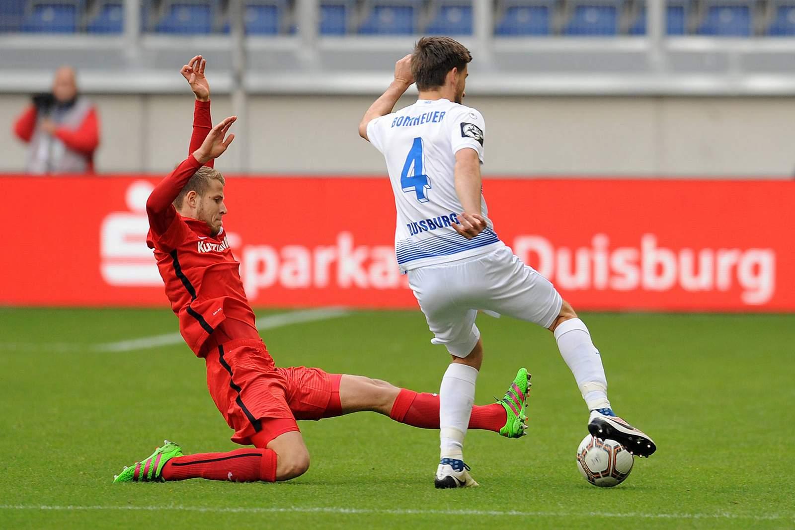 Tommy Grupe grätscht gegen Dustin Bomheuer. Jetzt auf Hansa Rostock gegen MSV Duisburg wetten!