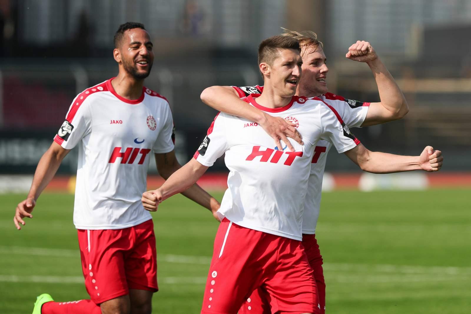 Spieler des SC Fortuna Köln beim Torjubel