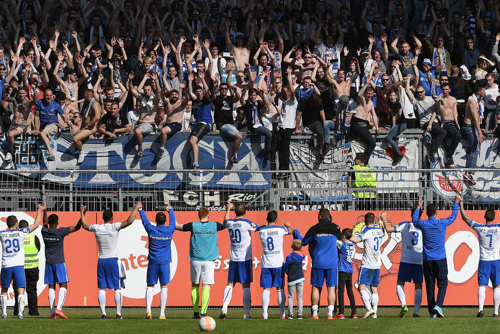 Spieler von Hansa Rostock feiern mit den Fans