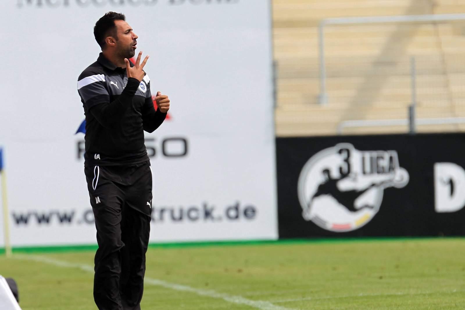 Lottes Trainer Ismail Atalan an der Seitenlinie