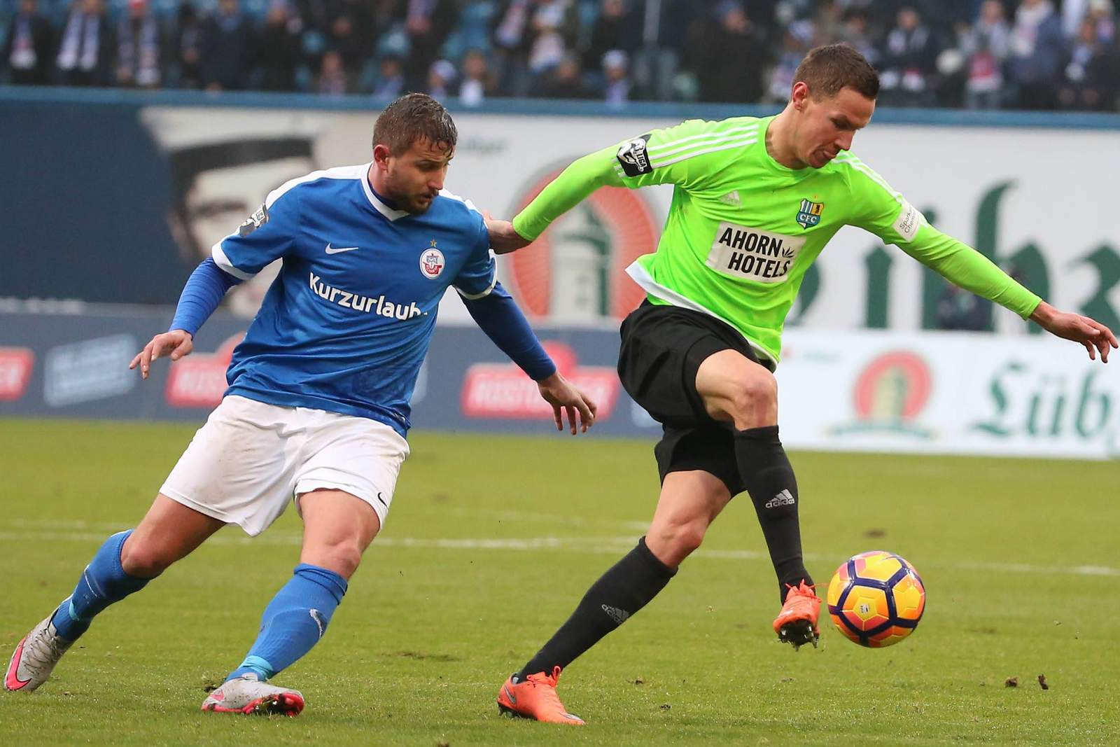 Marcel Ziemer (Rostock) und Tim Danneberg (Chemnitz) im Duell um den Ball