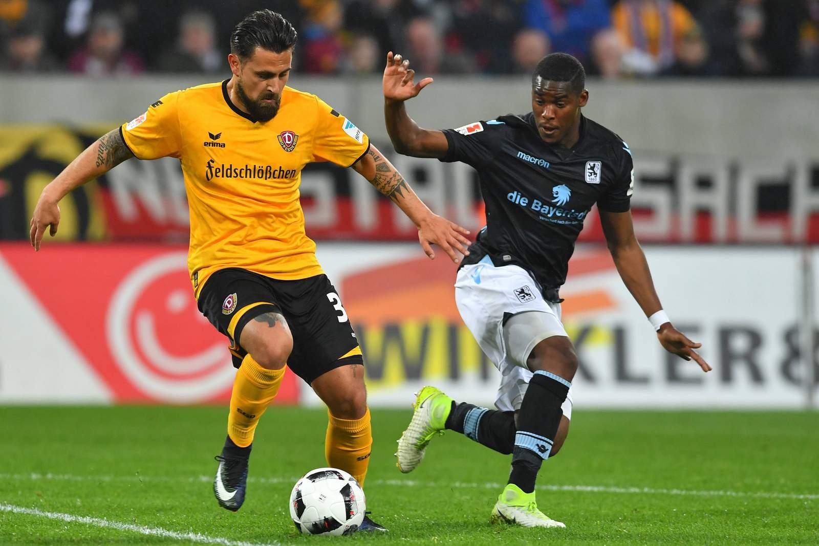 Marcos Alvarez von Dynamo Dresden im Zweikampf von Romuald Lacazette