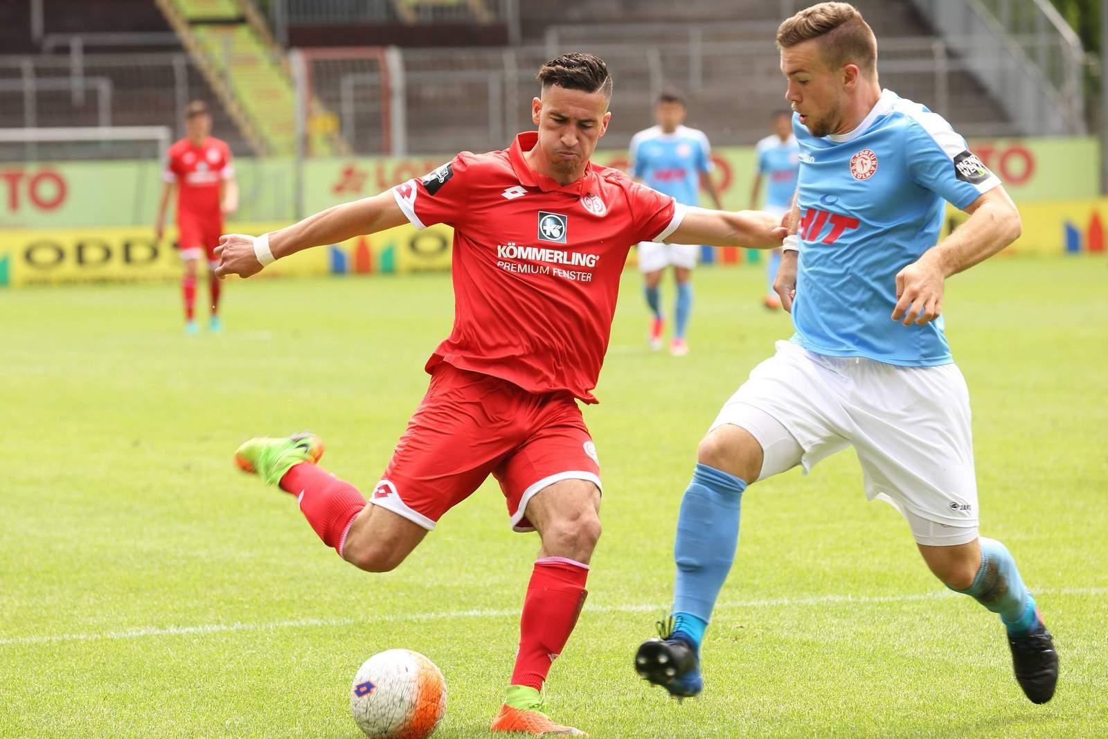 Mounir Bouiane im Duell mit Jannik Schneider von Fortuna Köln